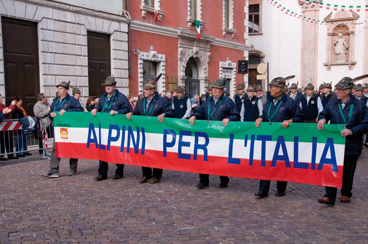 Trento 9 novembre 2008 sfilata alpini Triveneto striscione alpini per italia 1