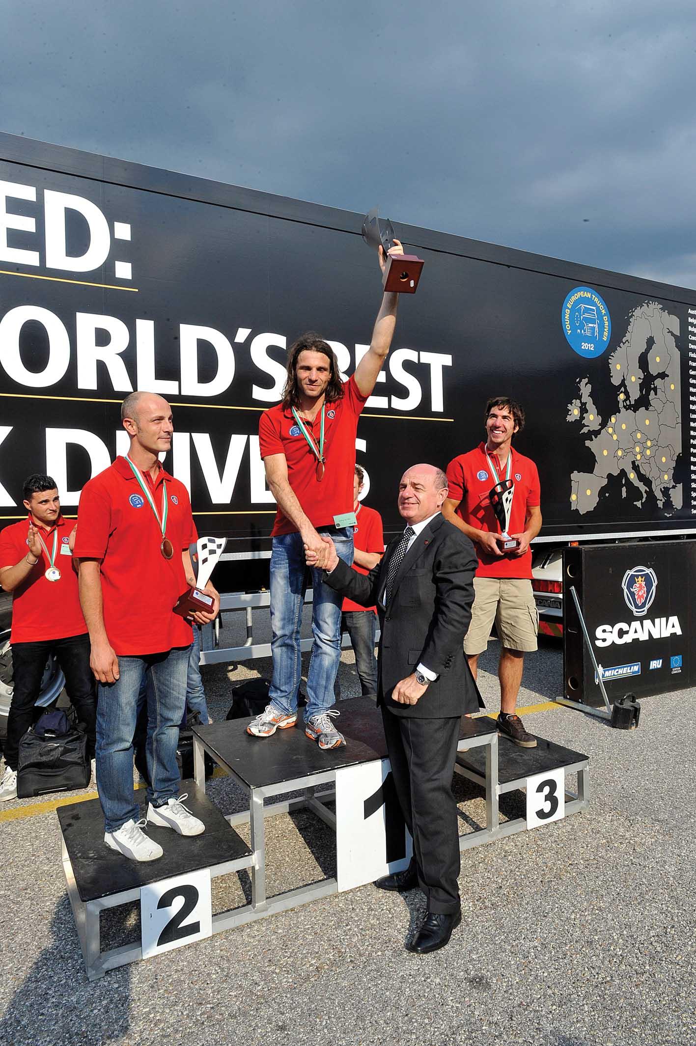 Scania Yted 2012 Franco Fenoglio a.d. di Italscania premia Edy De Rocco 1