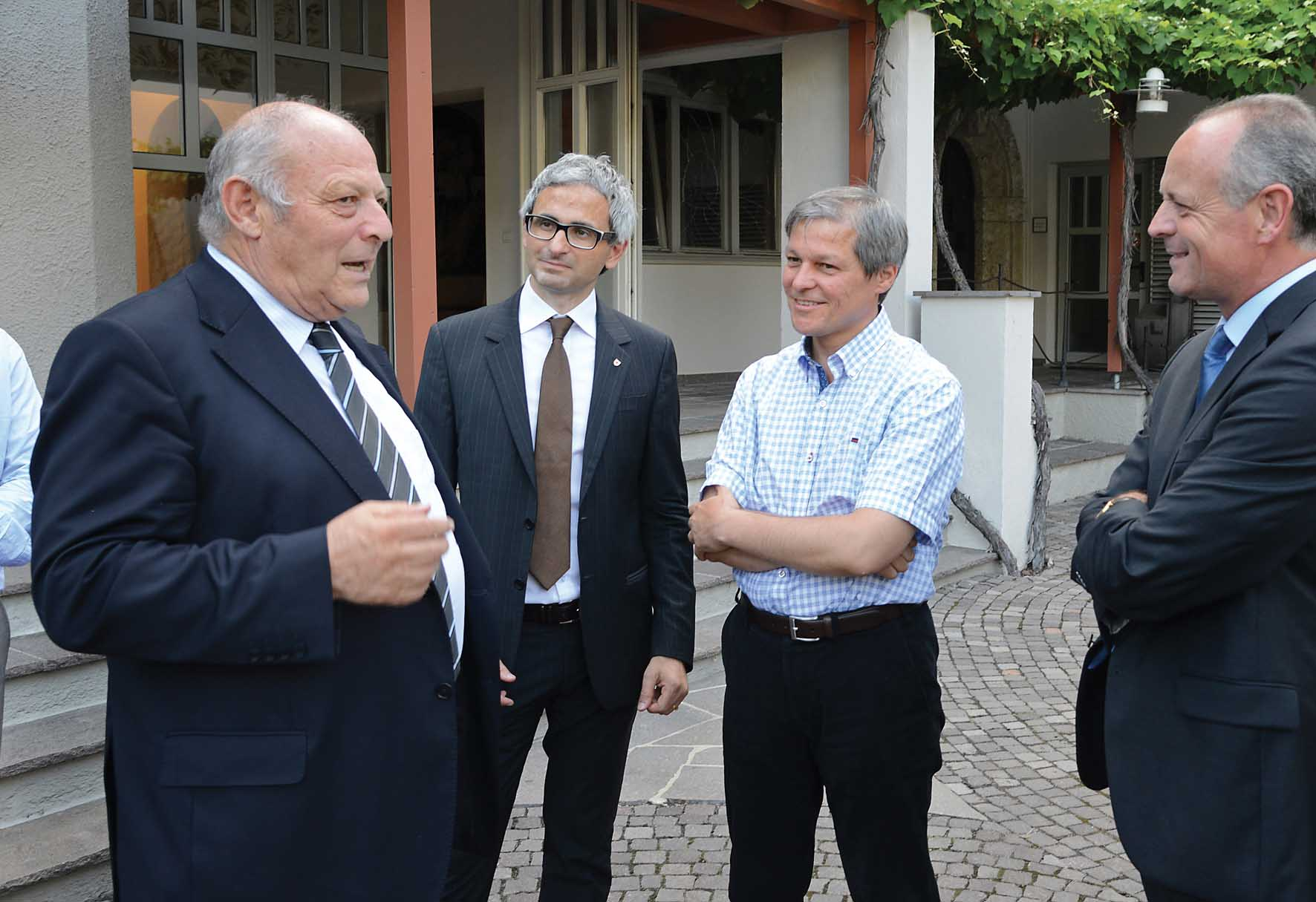 Da Sx Durnwalder Michael Oberhuber direttore Laimburg il commissario Dancian Ciolos e direttore Bauernbund Leo Tiefenthaler 1