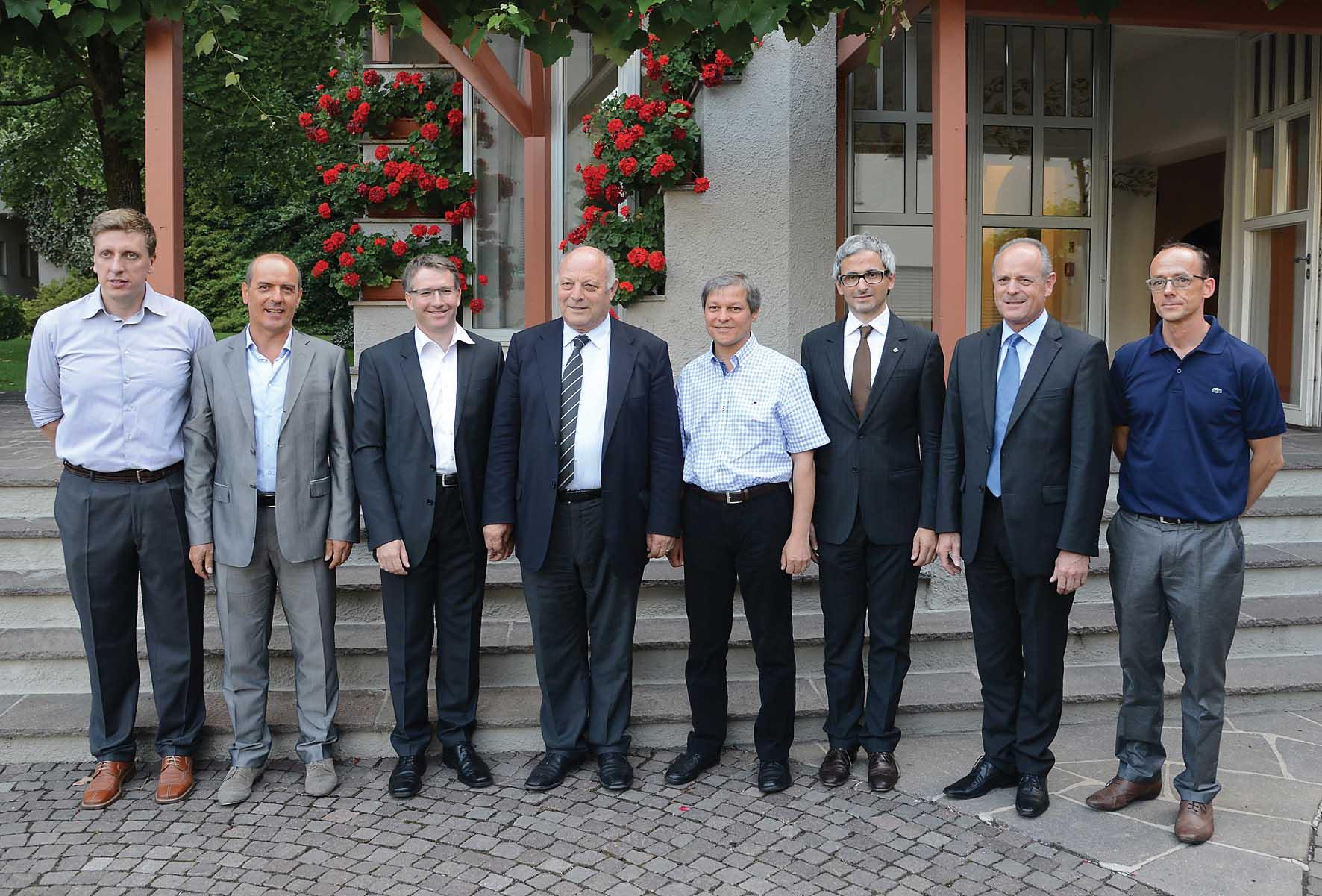 PAB Il commissario UE Dancian Ciolos con Durnwalder e rappresentanti del Centro Laimburg e dellagricoltura 1