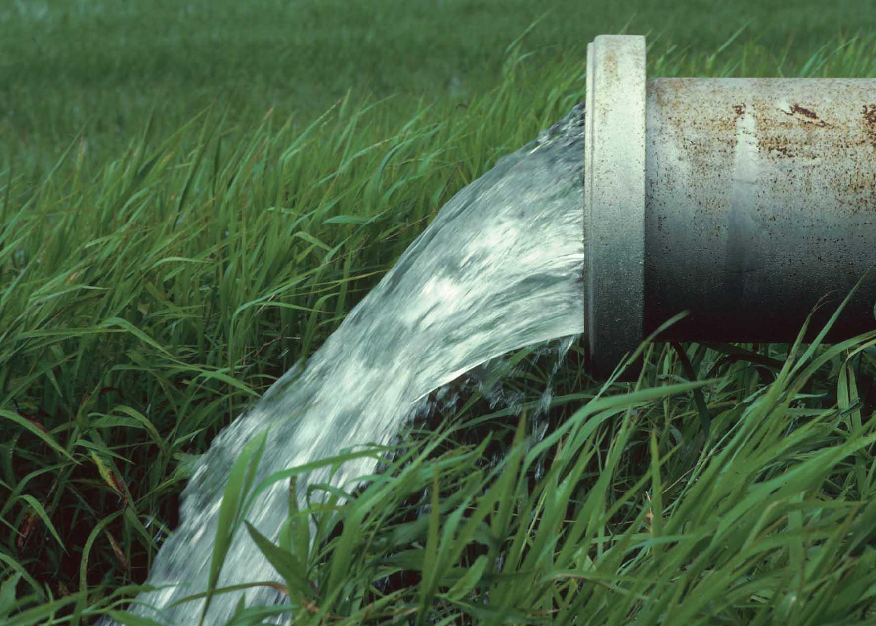 rischio siccità irrigazione campi tubo acqua scorrimento 1
