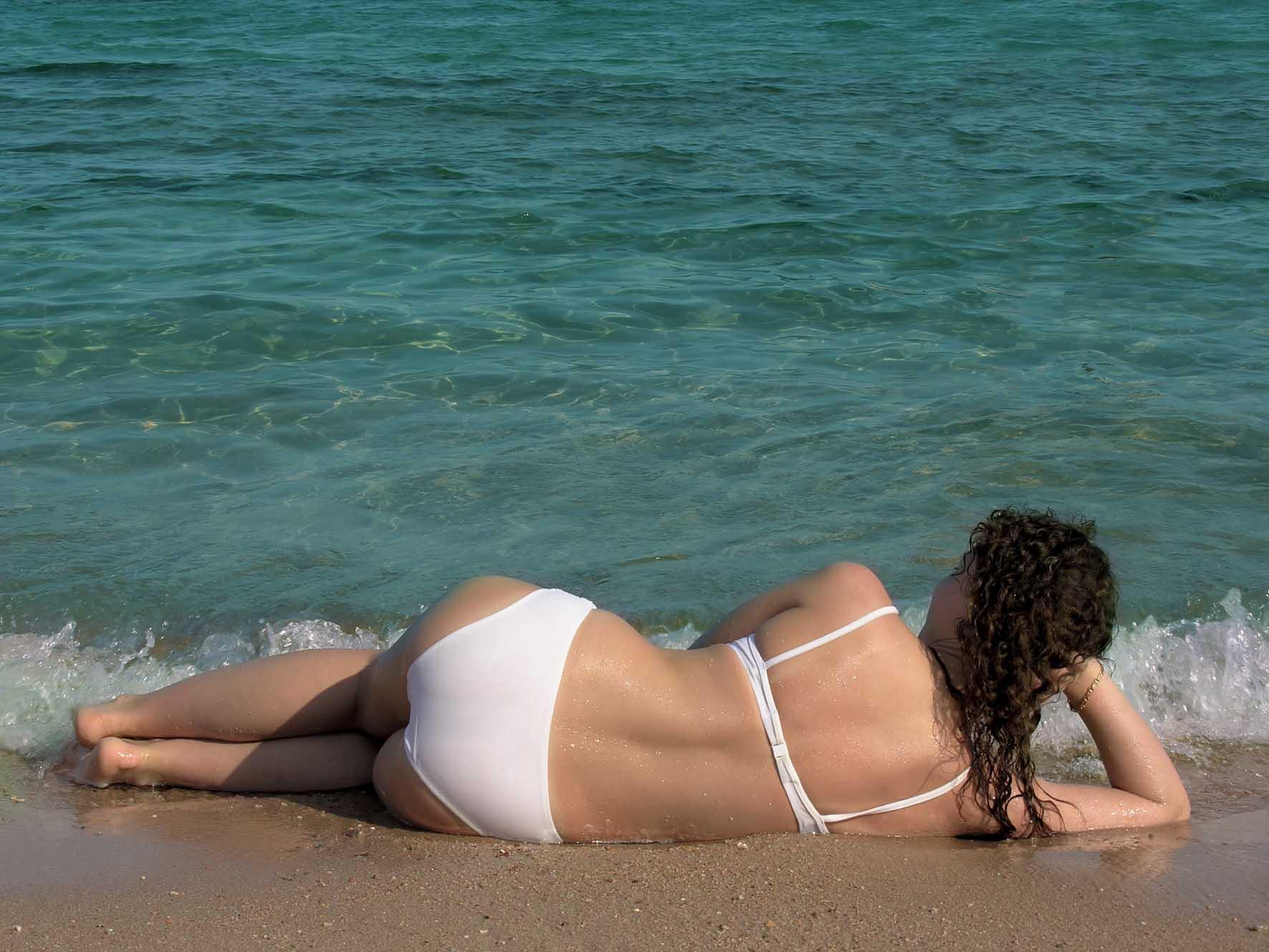 estate turistica ragazza mare al sole schiena foto by shutterstock 1