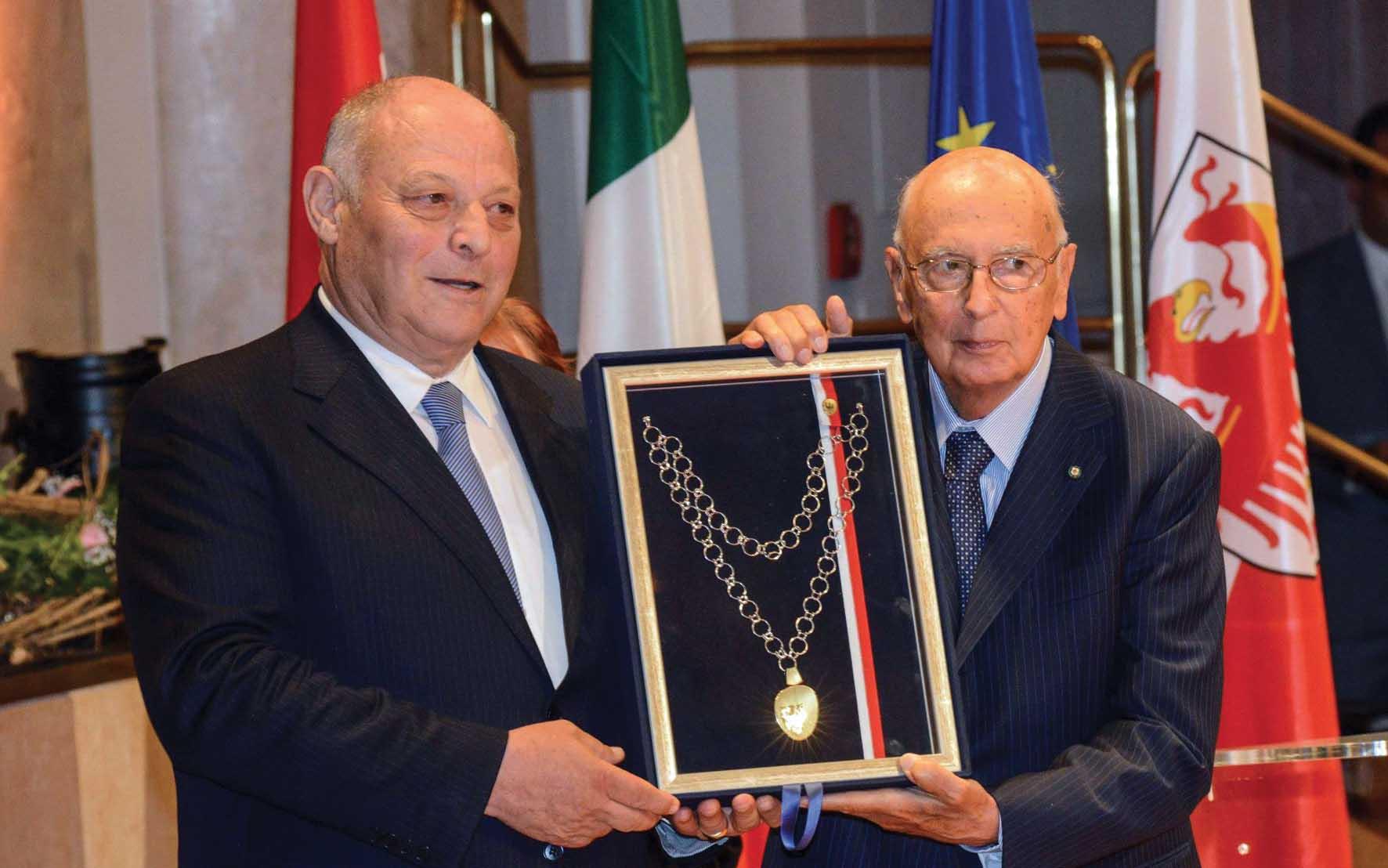 Festa autonomia 2012 Merano Luis Durnwalder Giorgio Napolitano medaglia 1