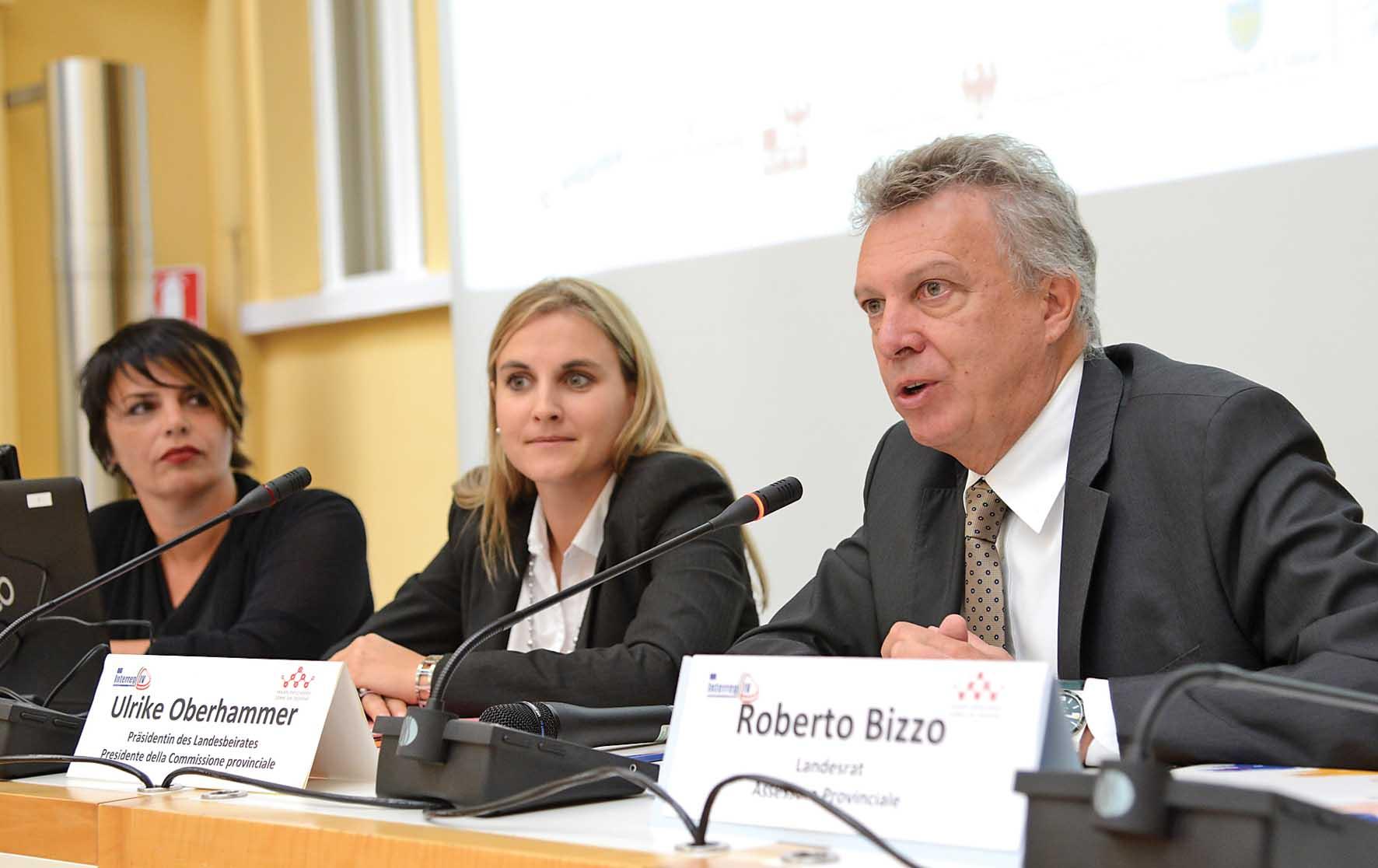 PAB da sx ass Roberto Bizzo pres Comm prov pari opportunità Ulrike Oberhammer Astrid Pichler resp progetto Prov BZ 1