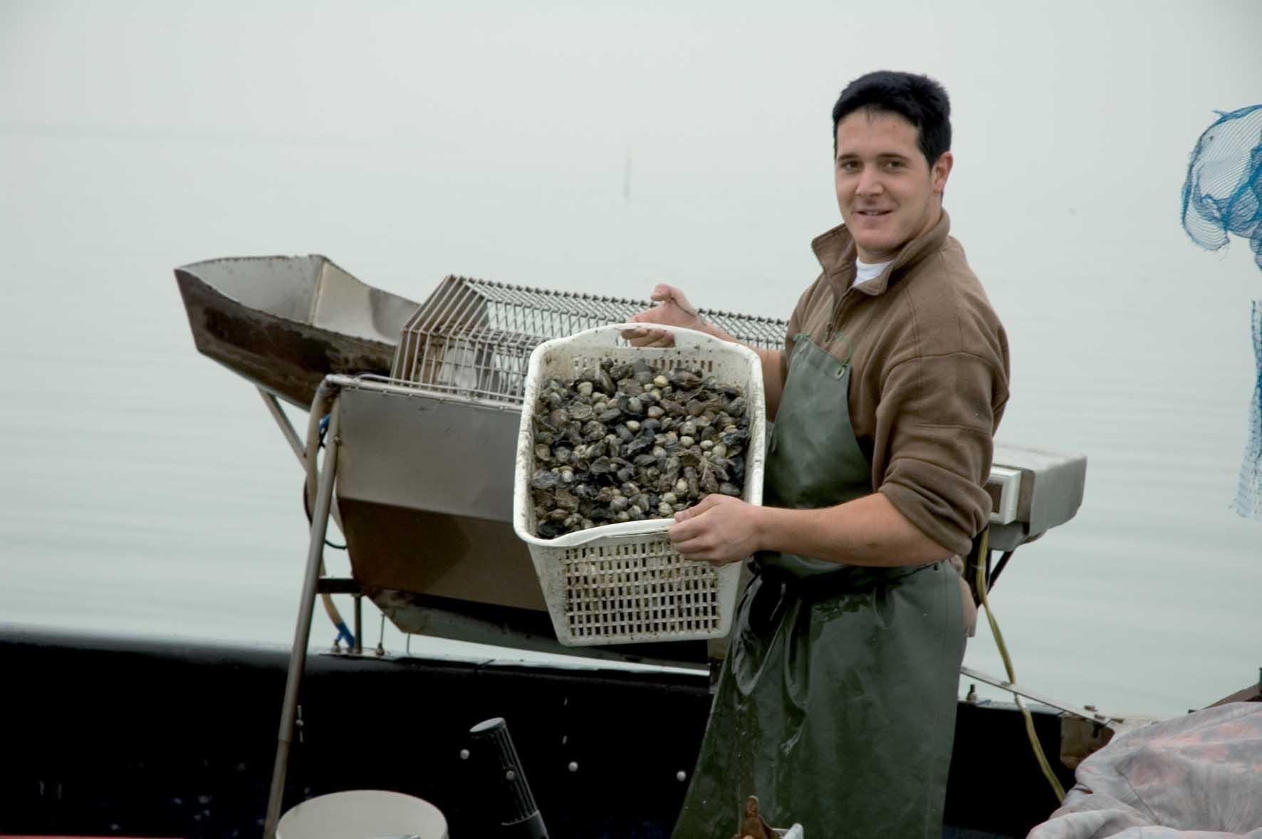 Argav laguna Venezia pescatore cesta vongole 1