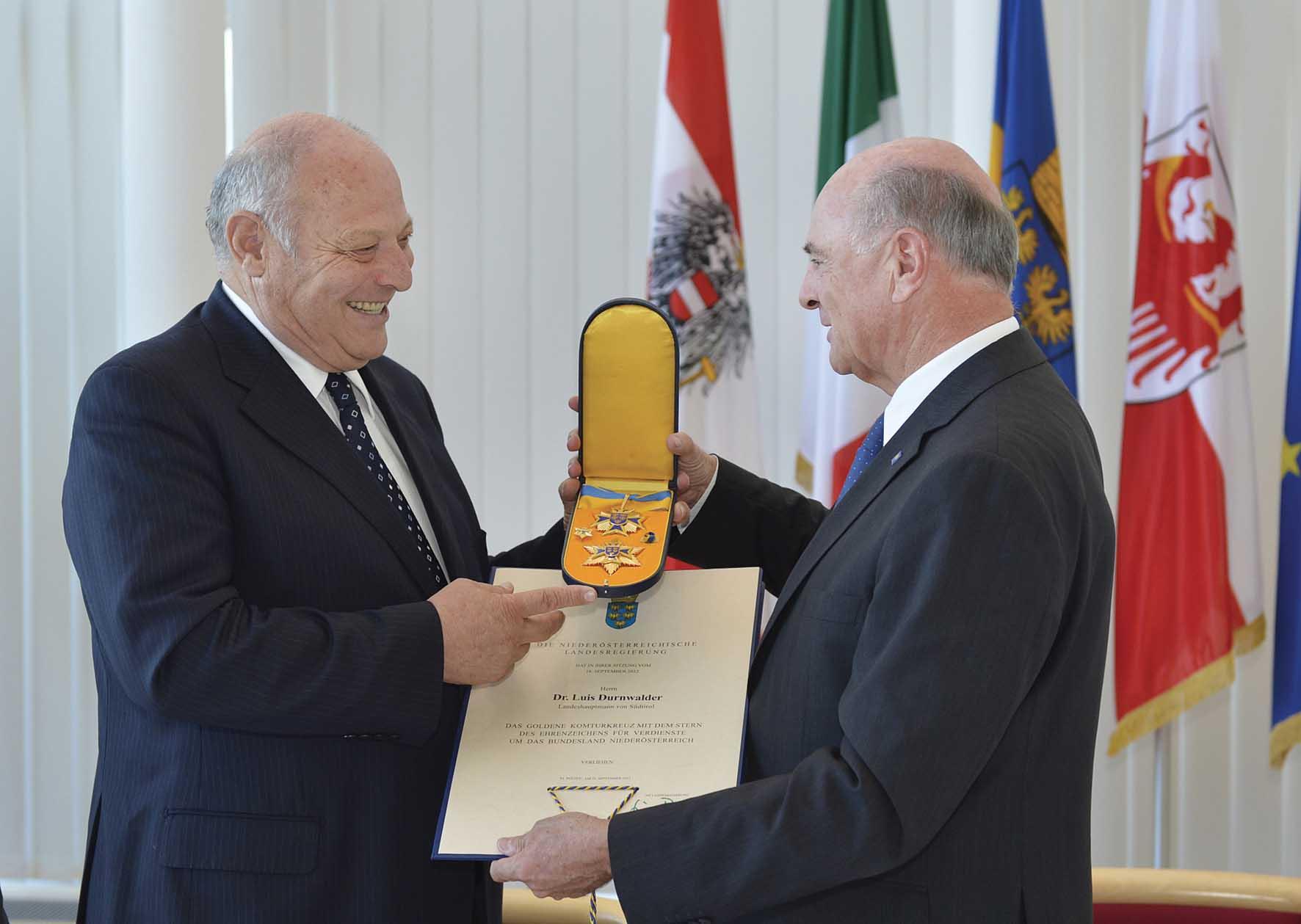 Il governatore Pröll consegna la massima onorificienza dell Austria20inferiore20al20presidente20Durnwalder 1