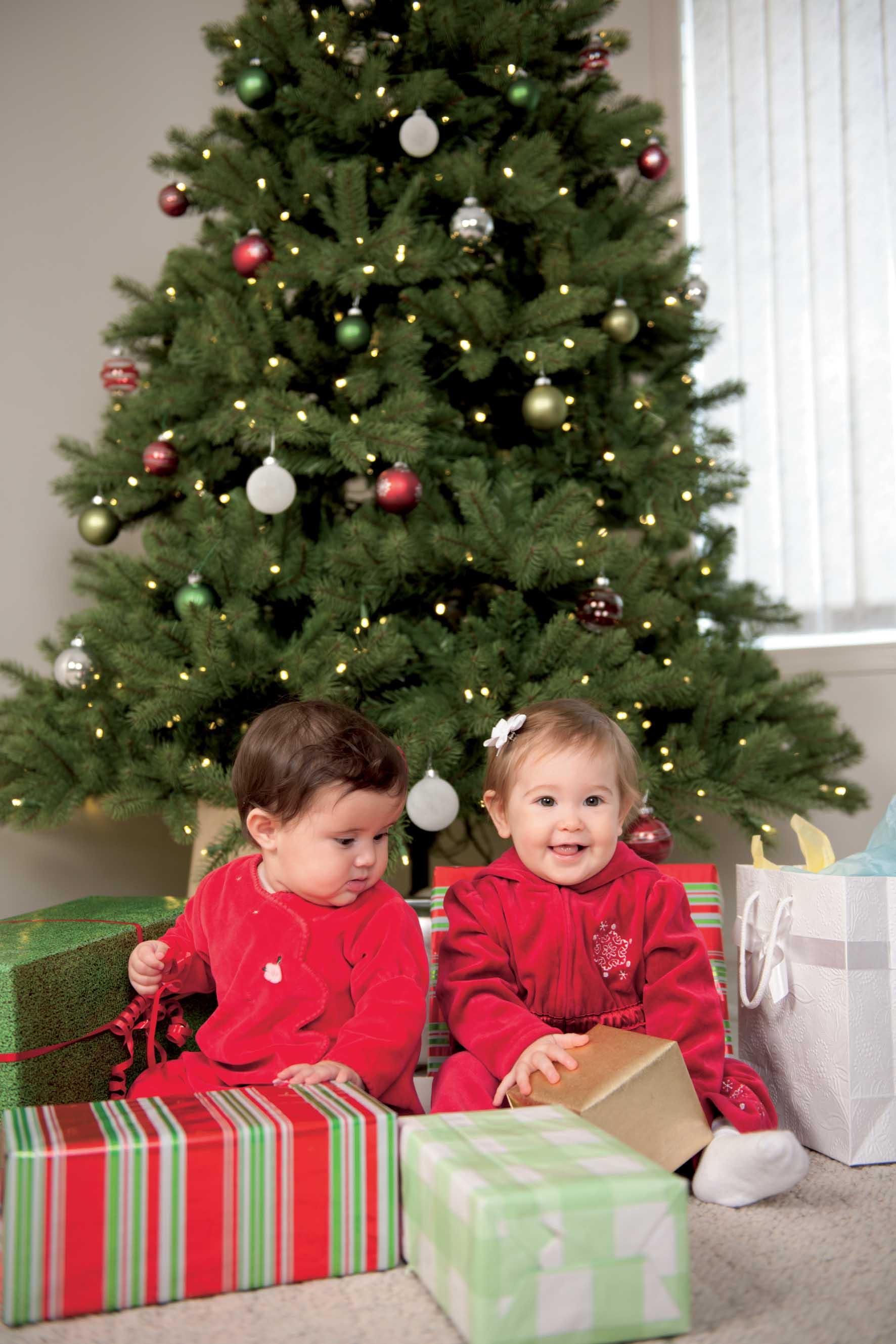 Bambini regali albero natale foto by shutterstock 1