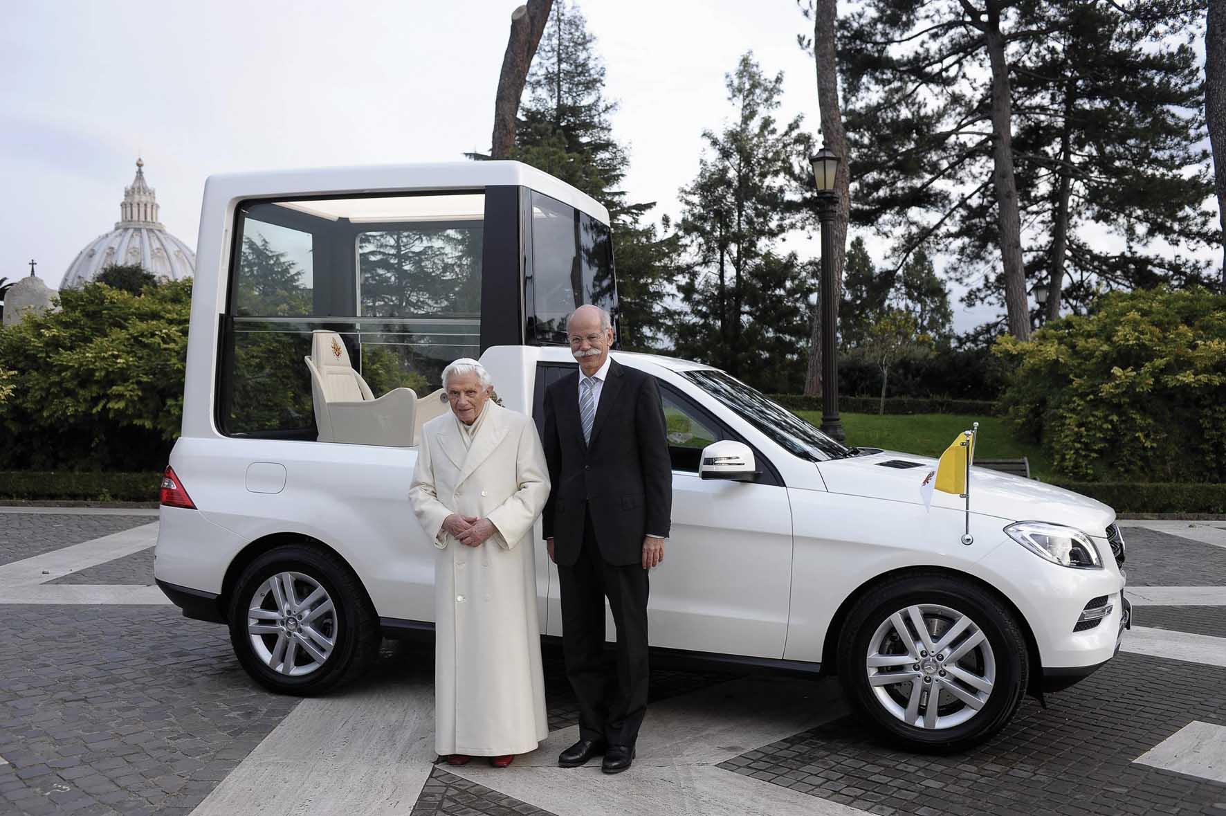 Mercedes nuova papamobile Benedetto XVI e Dieter Zetsche 4 1