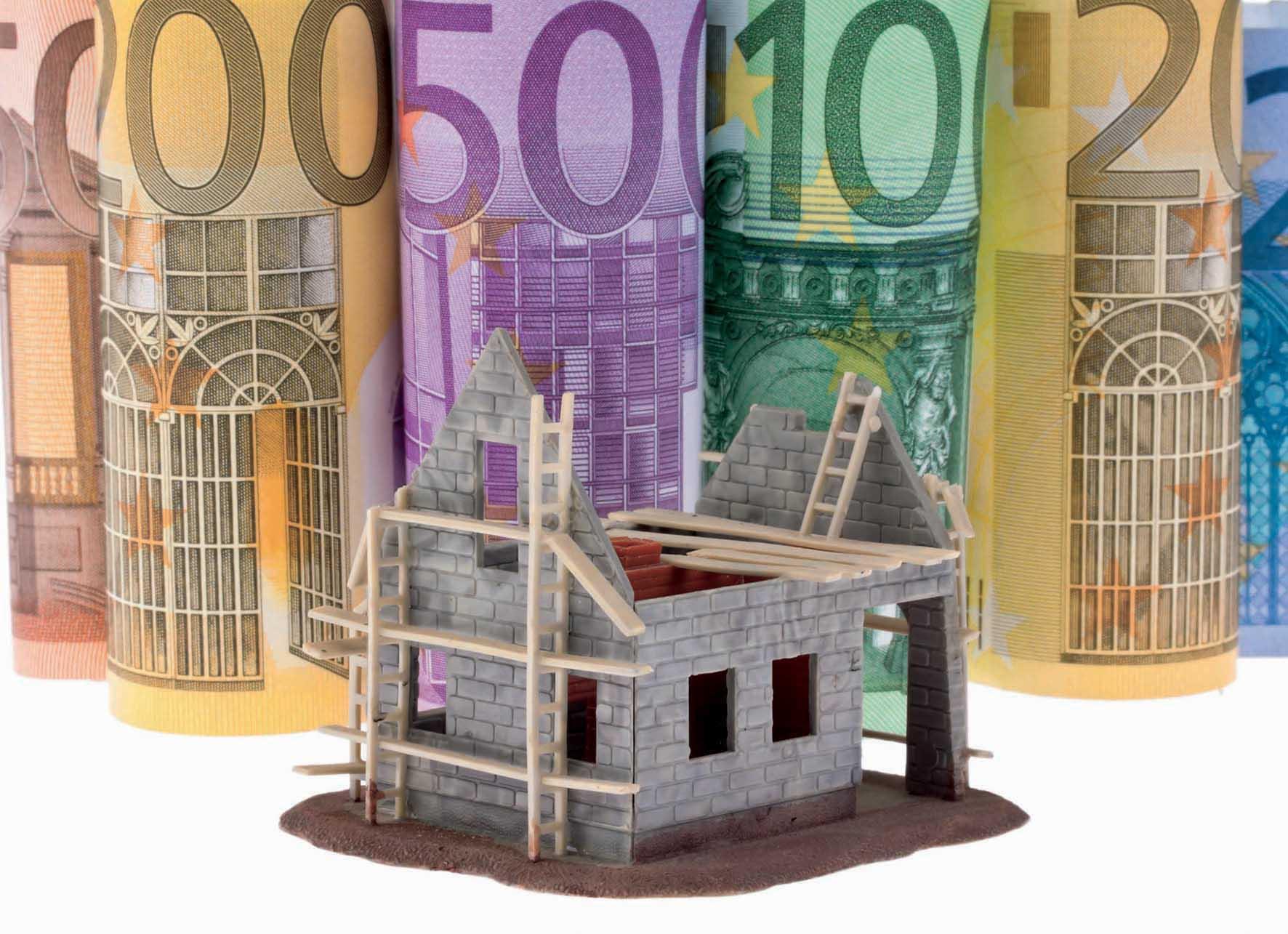 euro biglietti arrotolati modellino casa