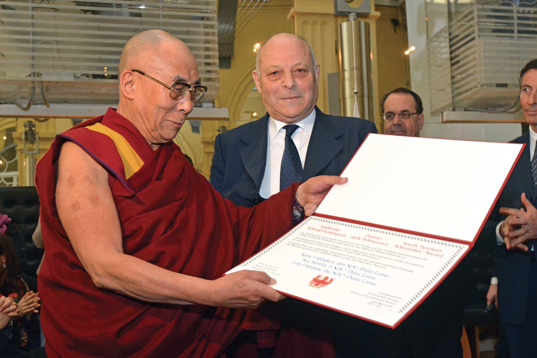 PAB dalai lama luis Durnwalder diploma premio minoranze 1
