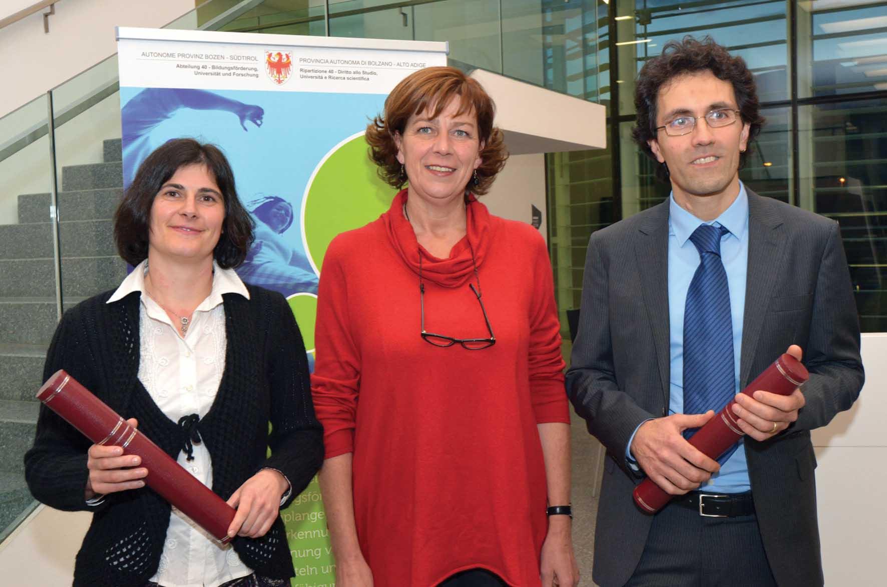 PAB-premio-Ricerca-e-Premio-Scientifico-2013-da-sx-Barbara-Beikircher-Ass.-Sabina-Kasslatter-Mur-Diego-Calvanese-ilnordest-quotidiano 1
