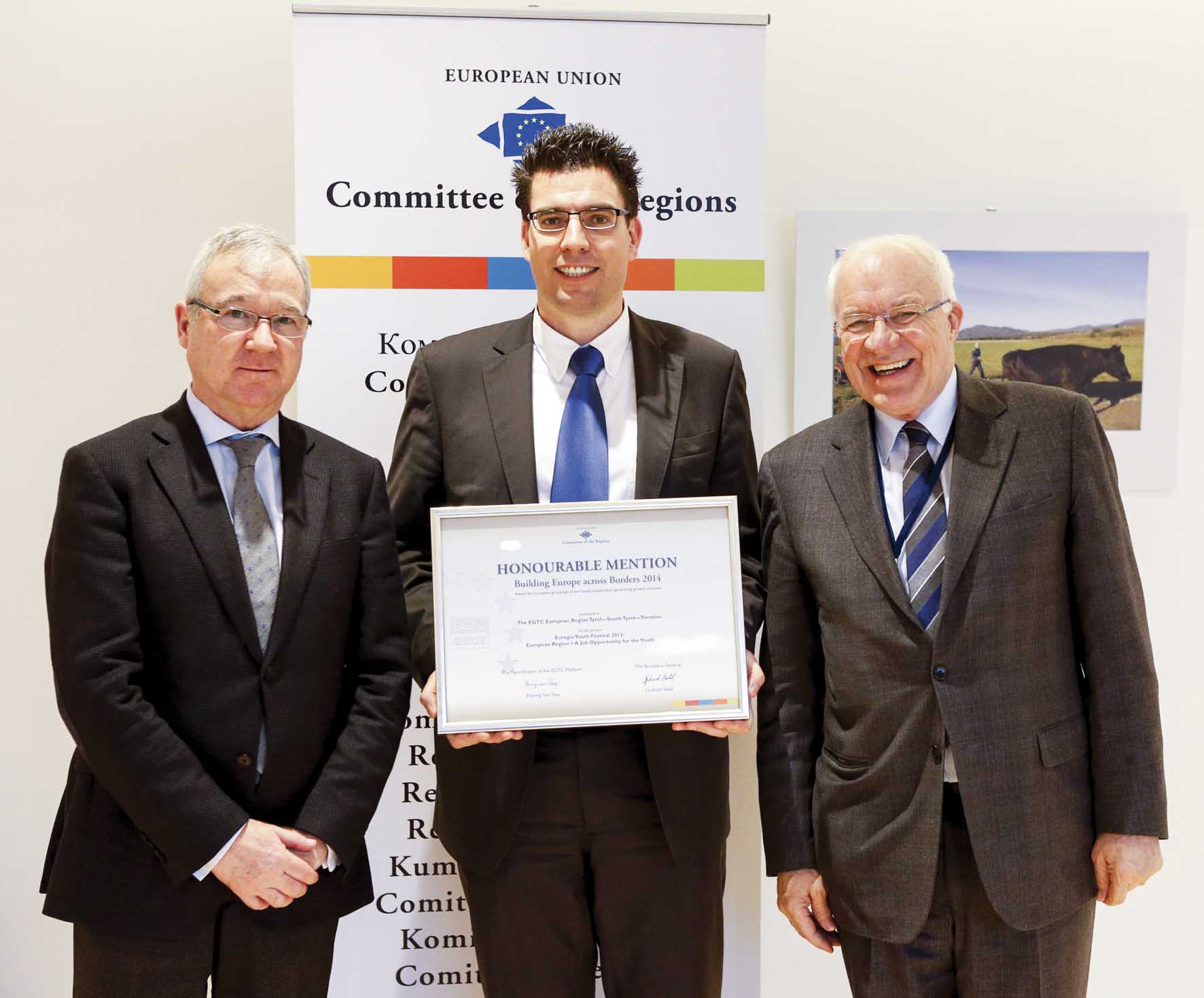 Premio giovani Euregio Van Staa a dx consegna il premio al segretario generale del GECT  Matthias Fink Ramón Luis  Valcárcel Siso a sx presidente Comitato Regioni UE