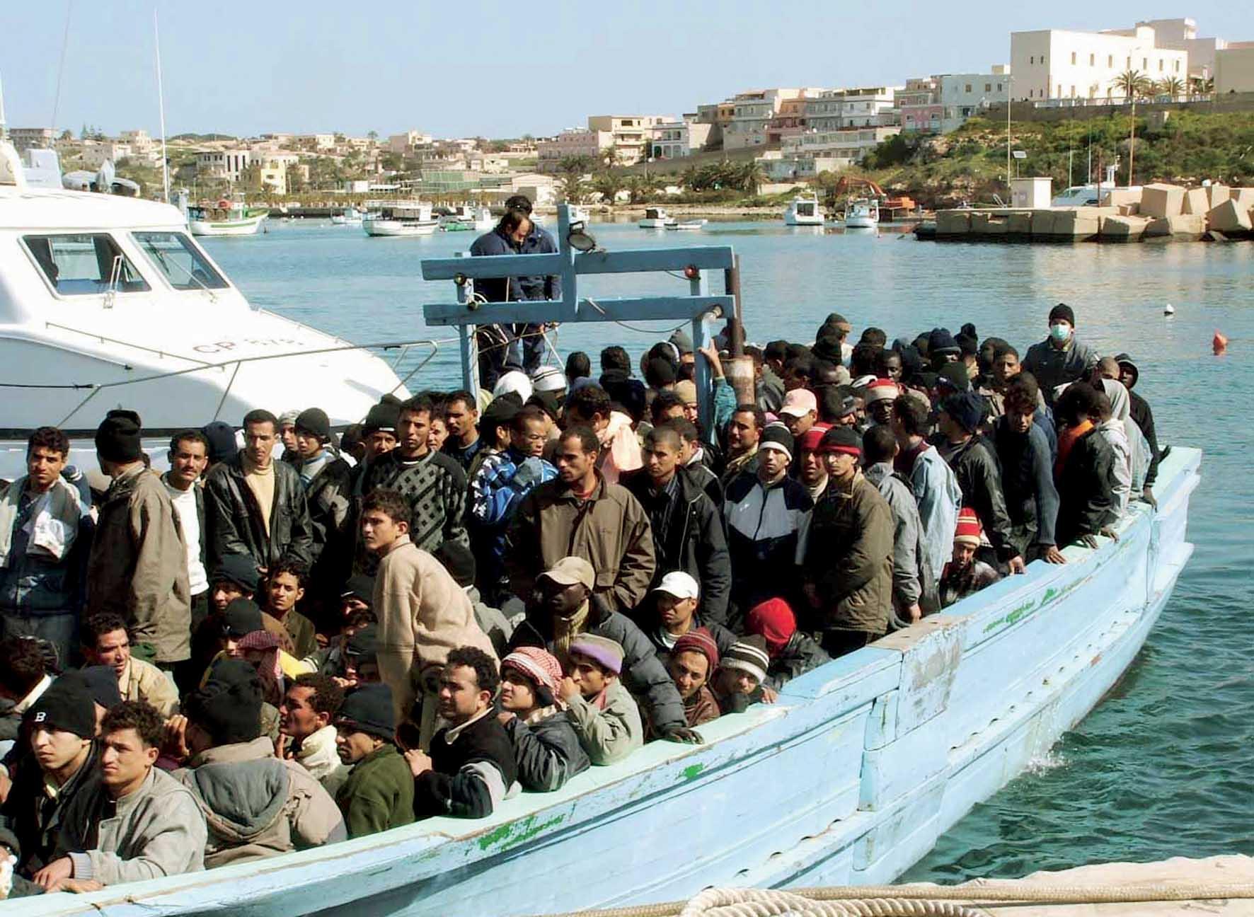 profughi clandestini immigrati barca 1