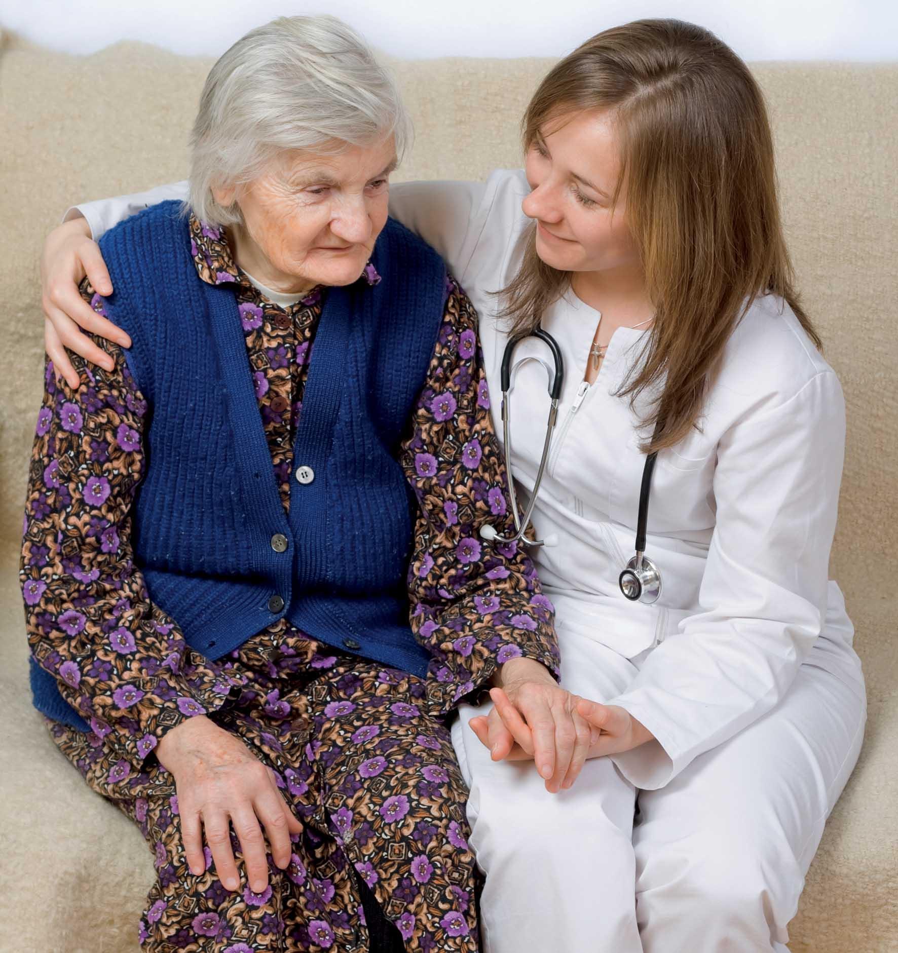 Anziana con medico foto by shutterstock 1
