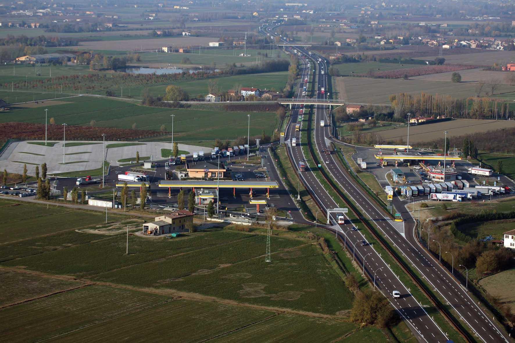 A22 infrastruttura vista aerea paesaggio camion area sosta campogalliano 1