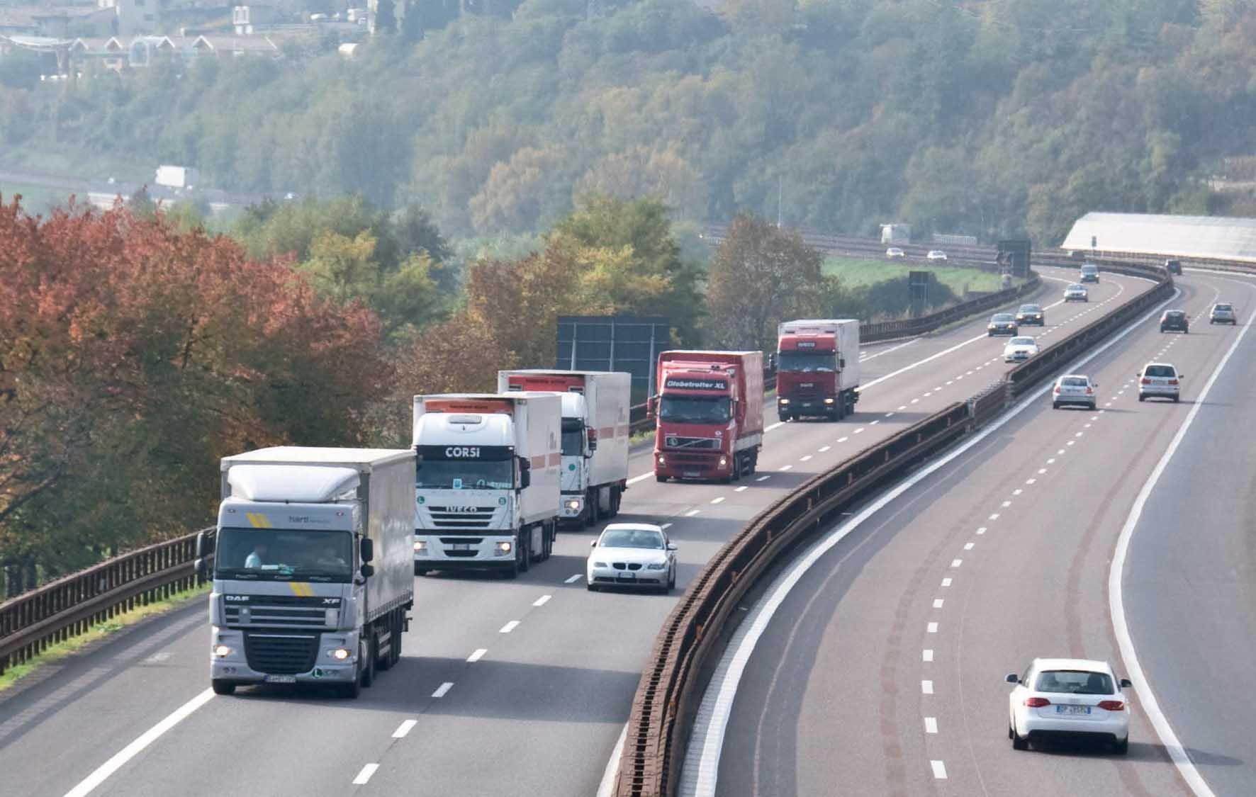 Autobrennero A22 Isera barriera antirumore fotovoltaica traffico camion 1