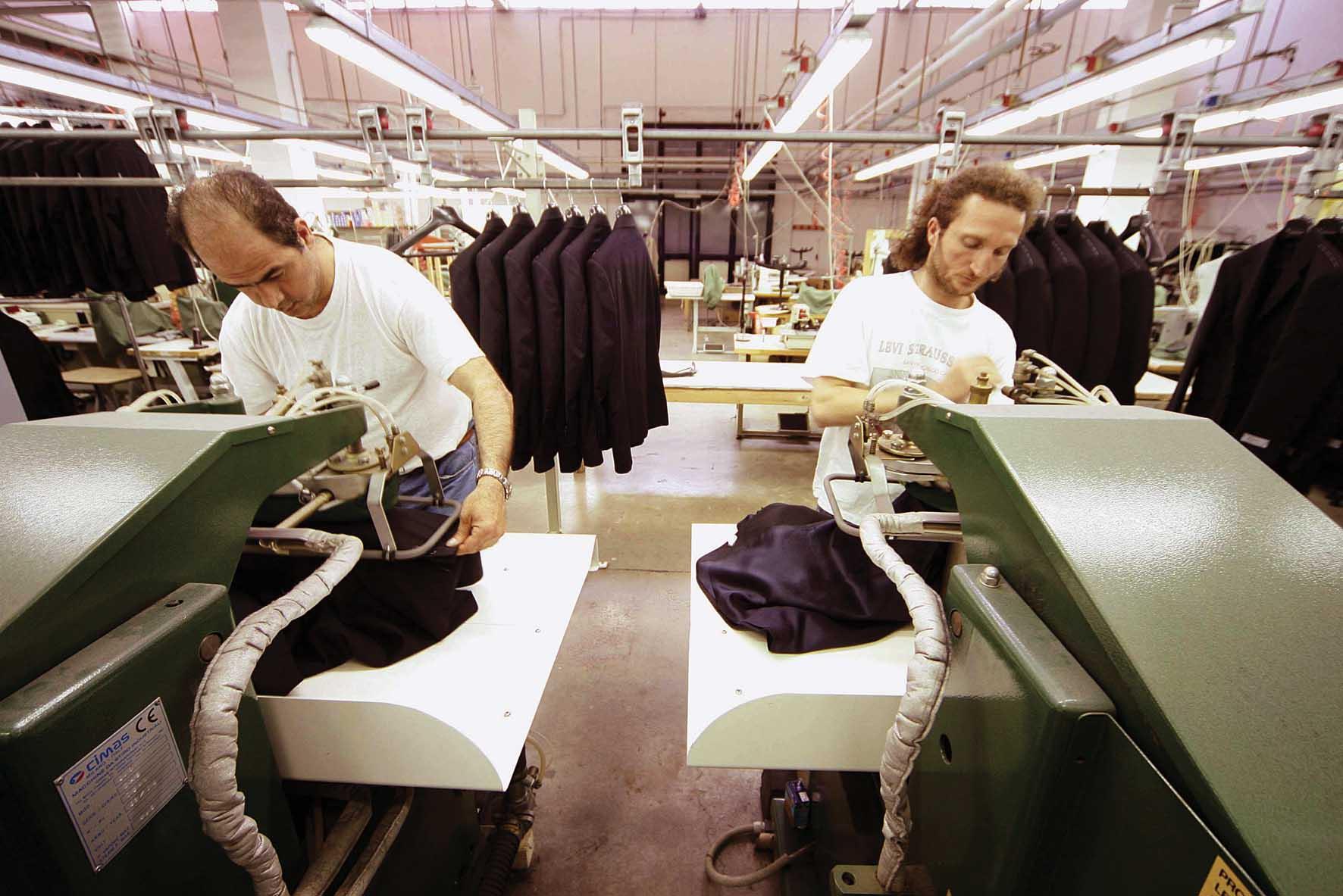 fabbrica tessile operai al lavoro