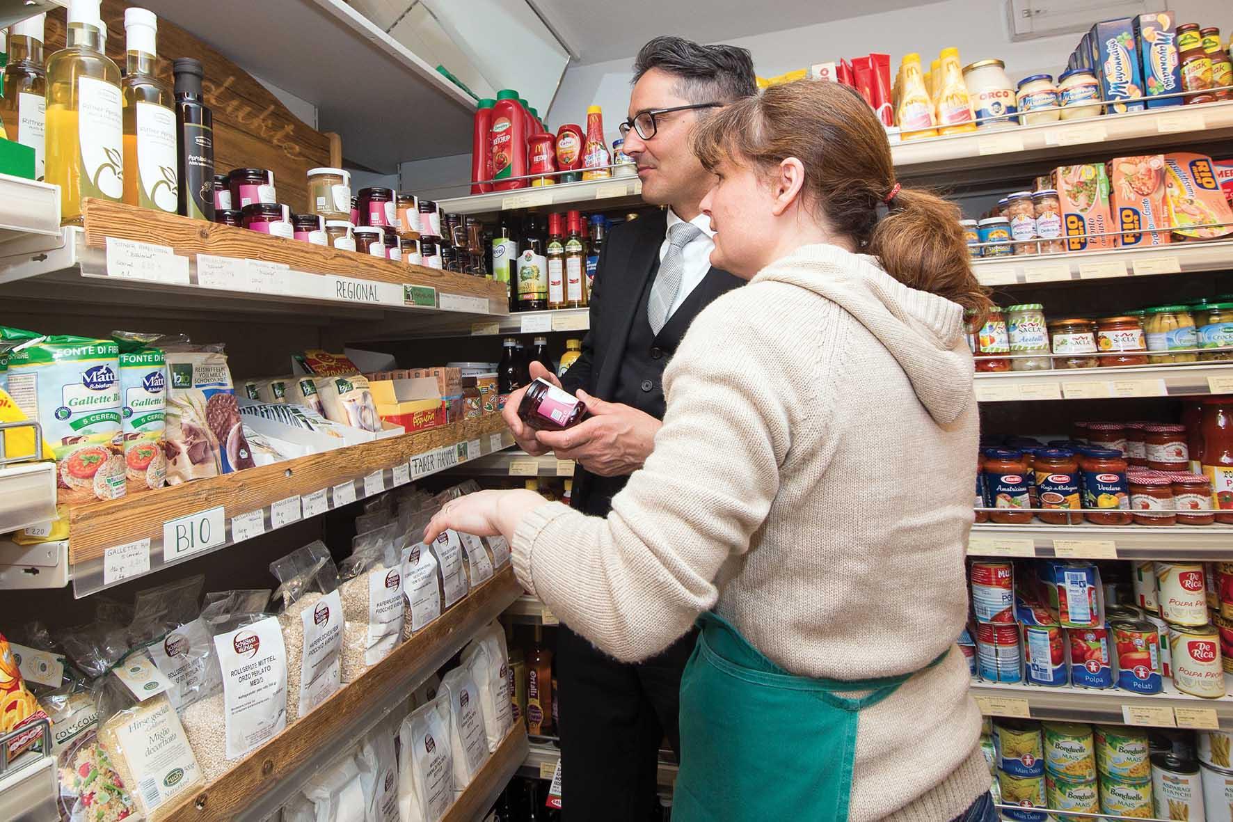 Pab negozi di vicinato Arno Kompatscher nel negozio della famiglia Öhler a Auna di Sopra 1
