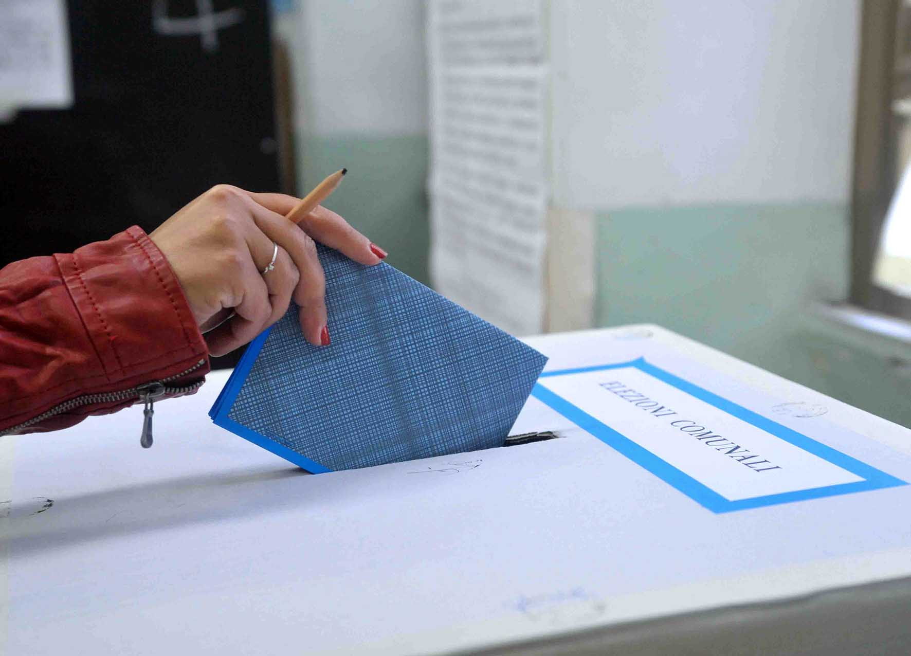 elezioni comunali urna scheda elettorale