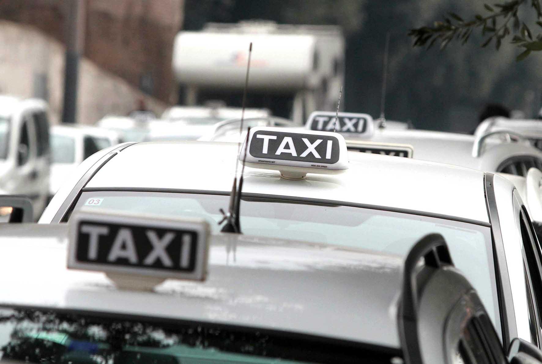 taxi insegne auto bianche