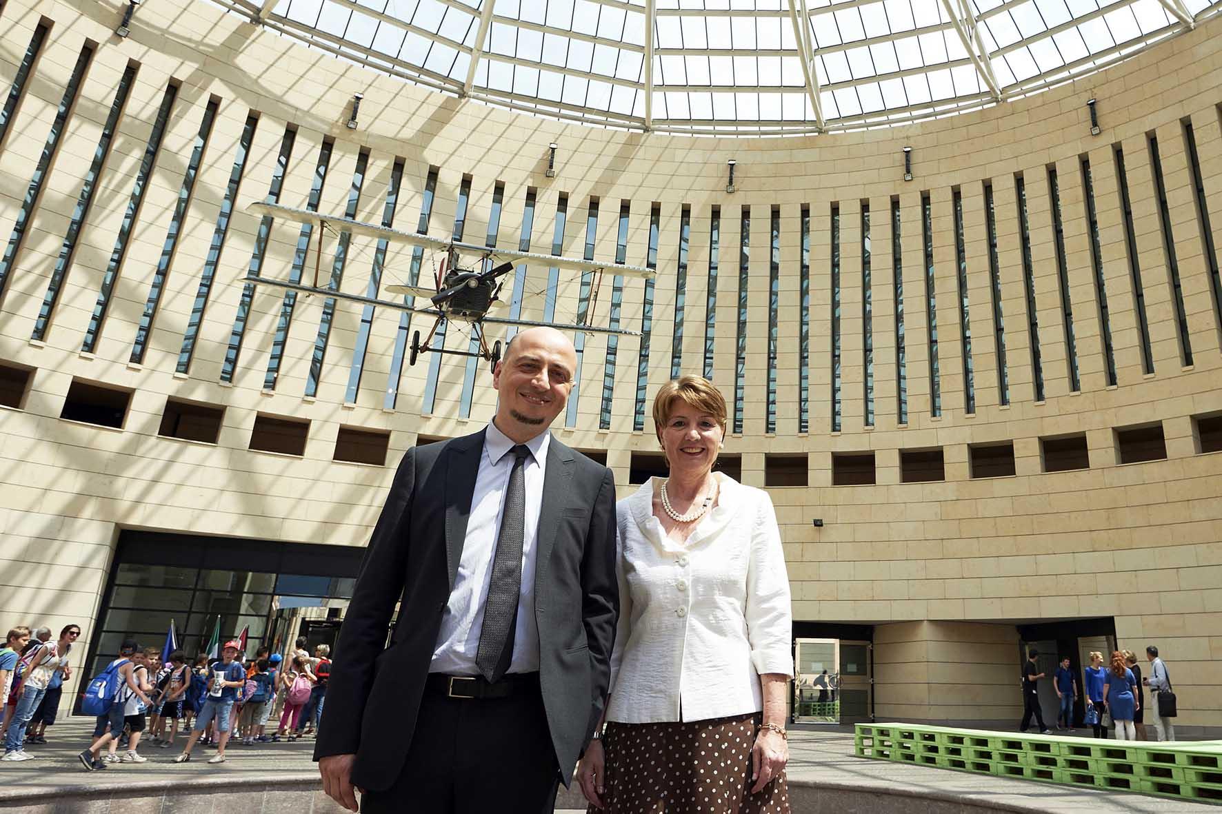 Mart Gianfranco Maraniello e Ilaria Vescovi nella piazza del Mart Foto Daniele Montigiani