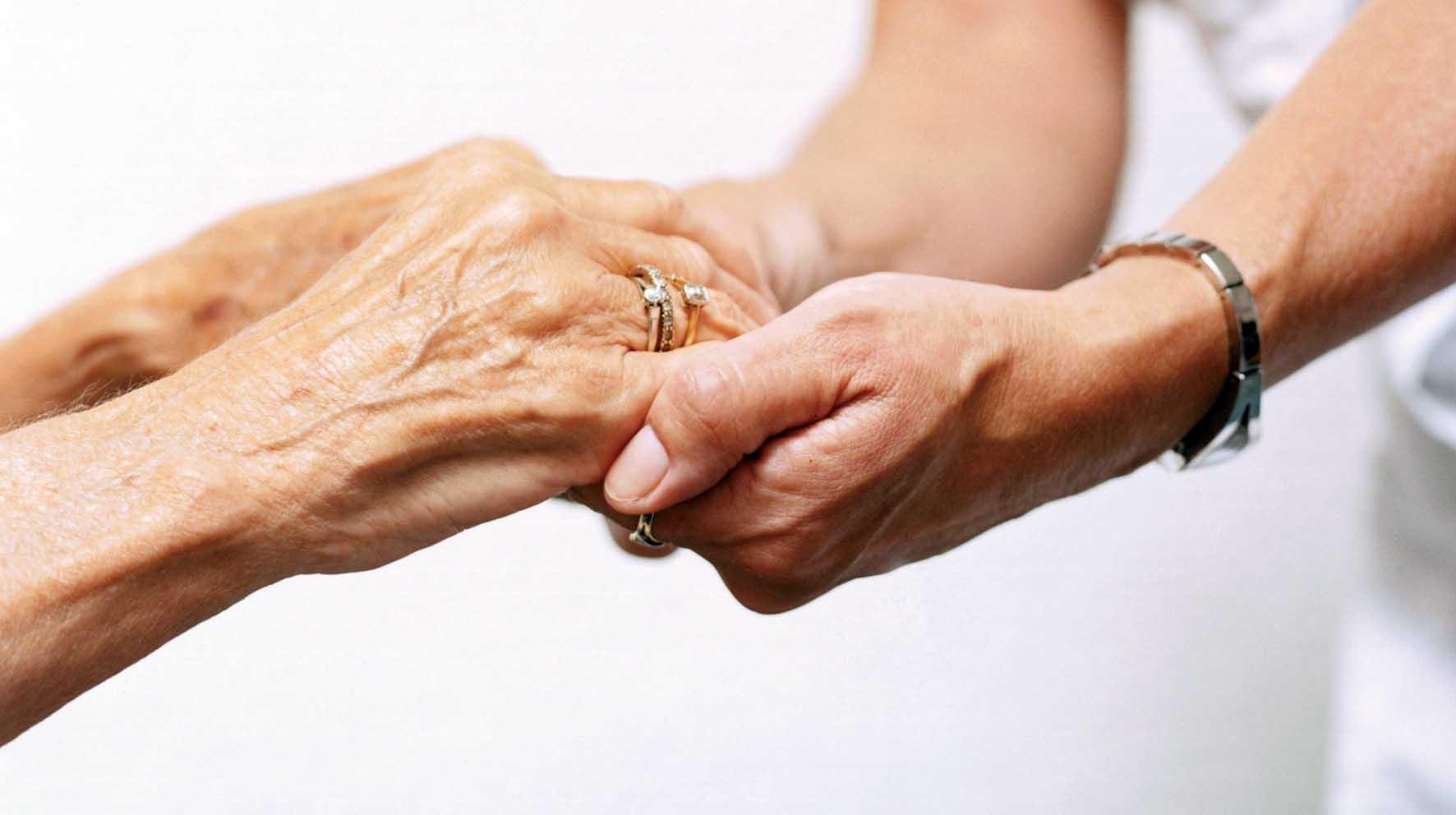 anziano non autosufficiente mano vecchia mano giovane