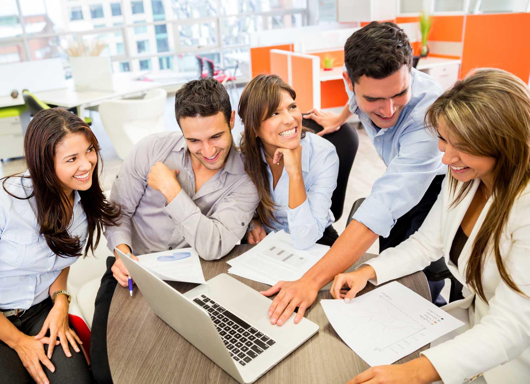 imprese di giovani imprenditorialità giovanile pc riunione gruppo Fotolia 49188290