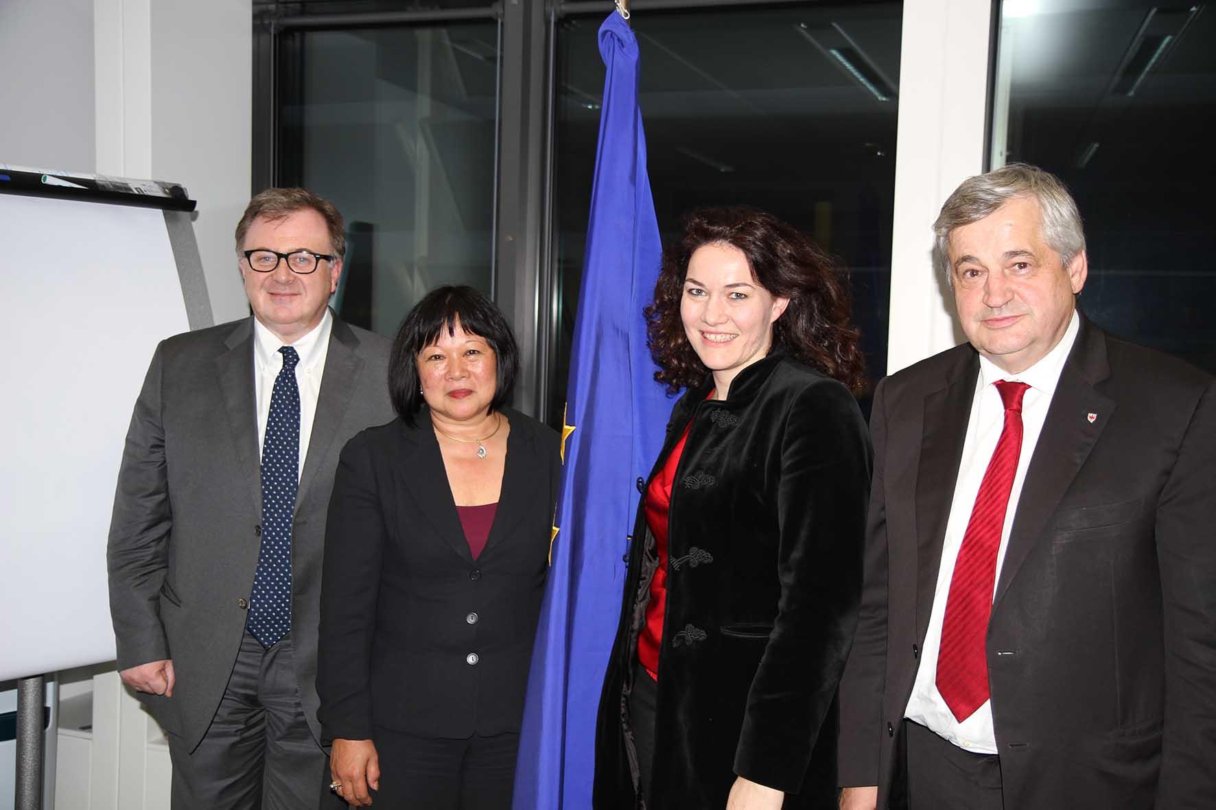 Euregio tirolo funzionaria UE Desiree Oen fra i tre assessori dellEuregio Mauro Gilmozzi Ingrid Felipe e Florian Mussner