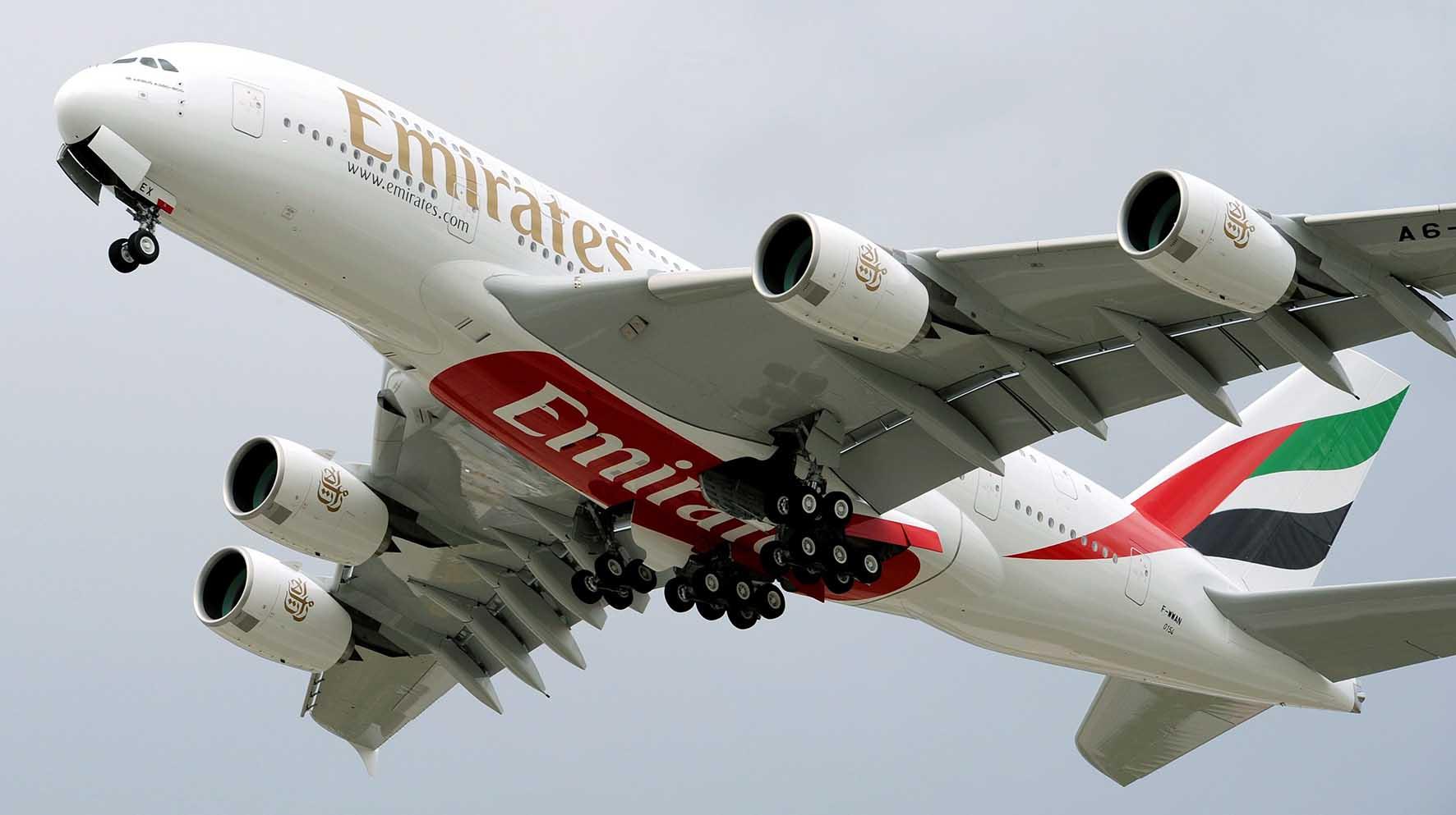 aereo emirates in atterraggio