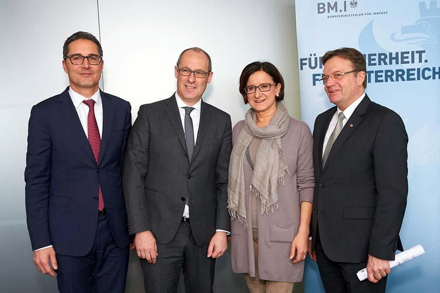 Vienna ministro interni Johanna Mikl Leitner fra i tre presidenti dellEuregio Arno Kompatscher Ugo Rossi e Günther Platter