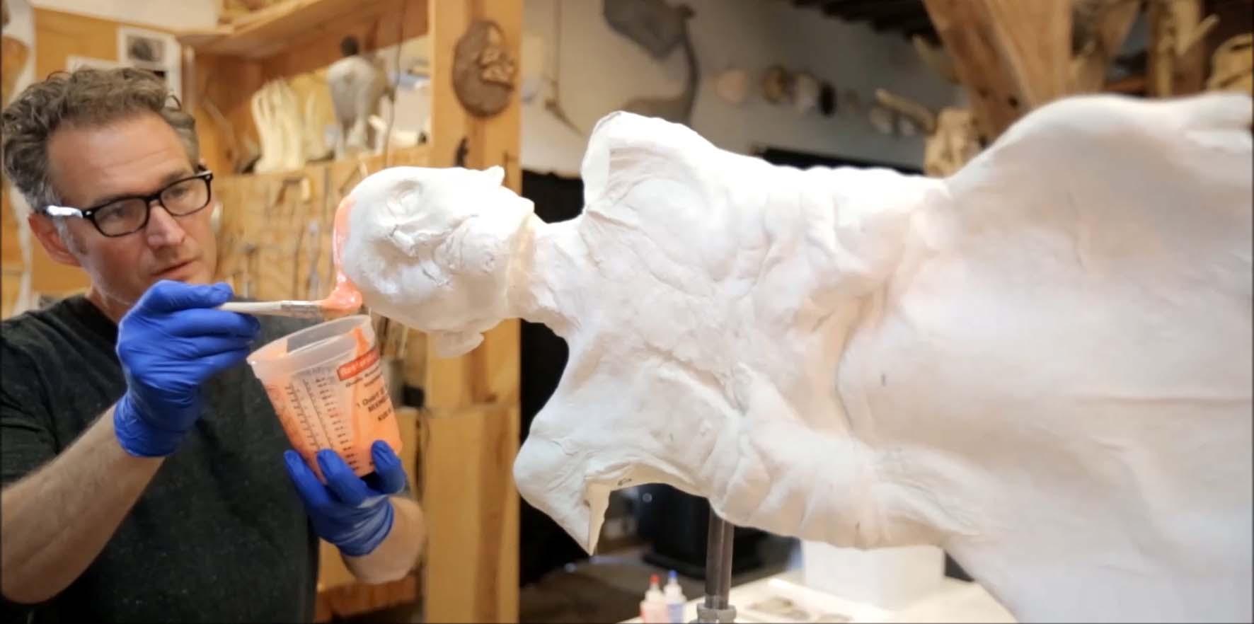 Gary Staab mentre prepara la copia di Ötzi