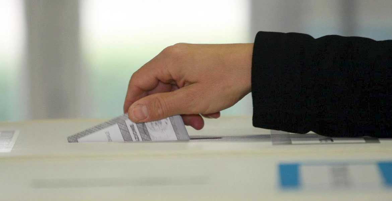 elezioni urna mano inserisce scheda
