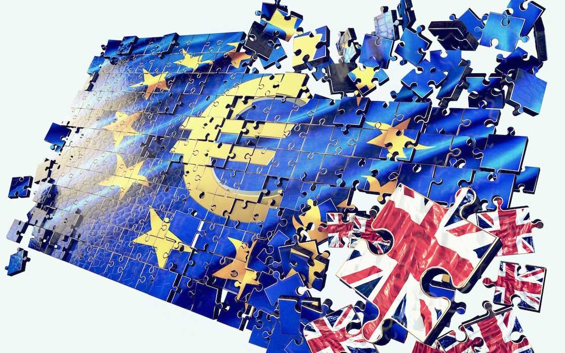 brexit bandiera euro in pezzi