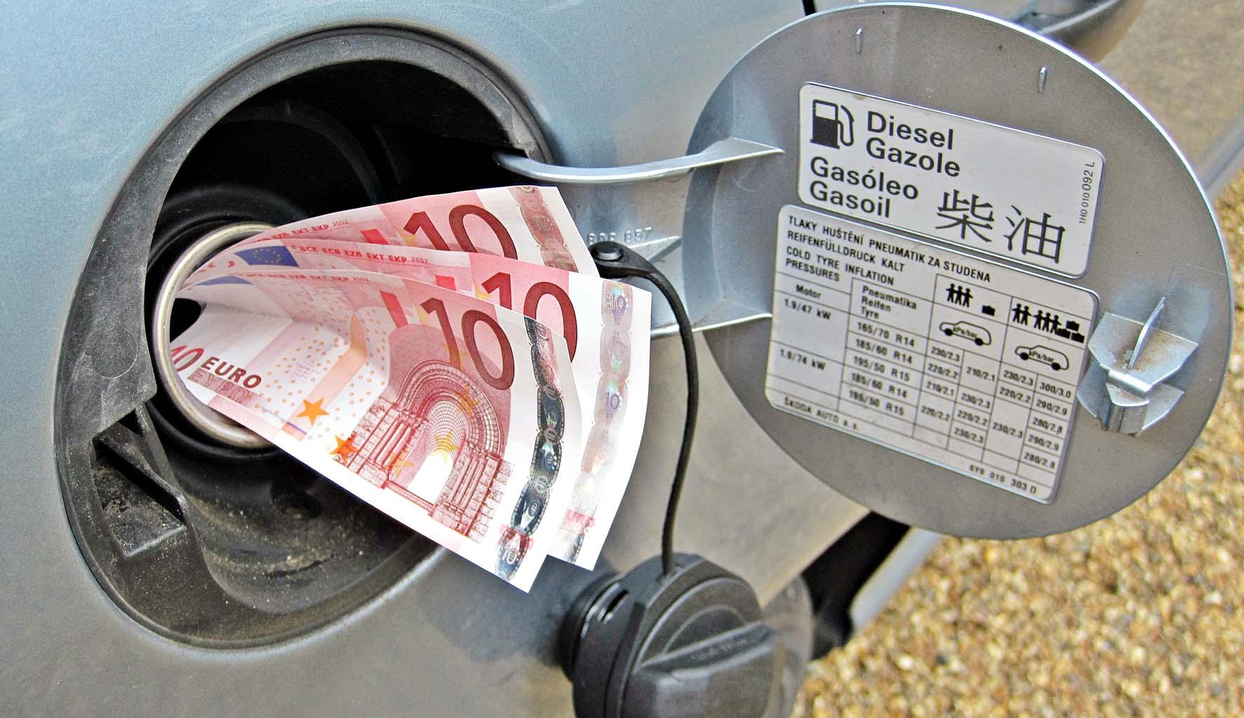 caro pieno carburante biglietti 10 euro bocchettone rifornimento auto