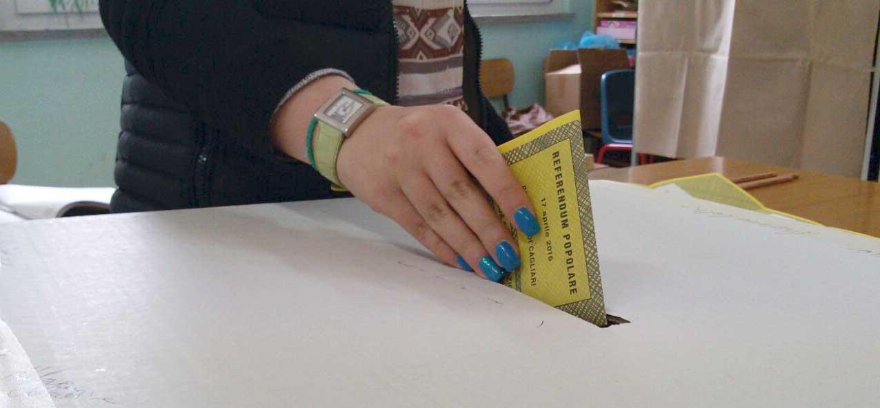 elezioni referendum popolare votazione mano scheda urna