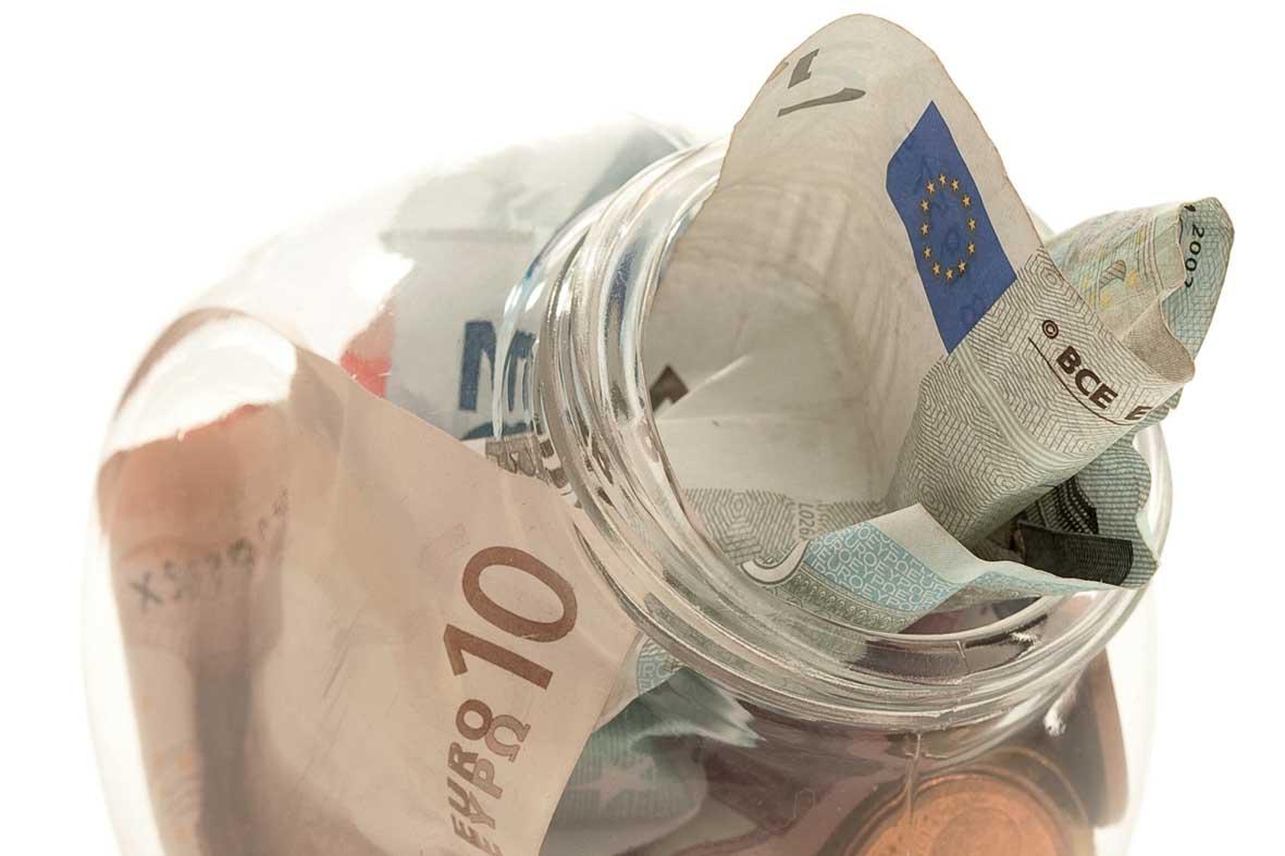 risparmio barattolo vetro soldi euro FbySh