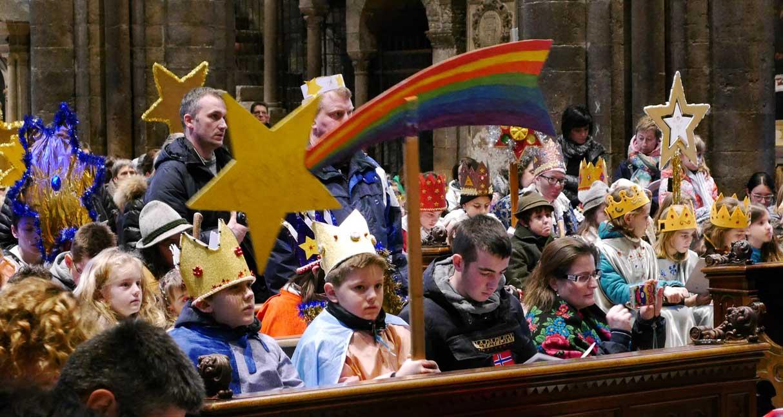 Natale 2016 vescovo Tisi consegna mandato cantori della stella 2