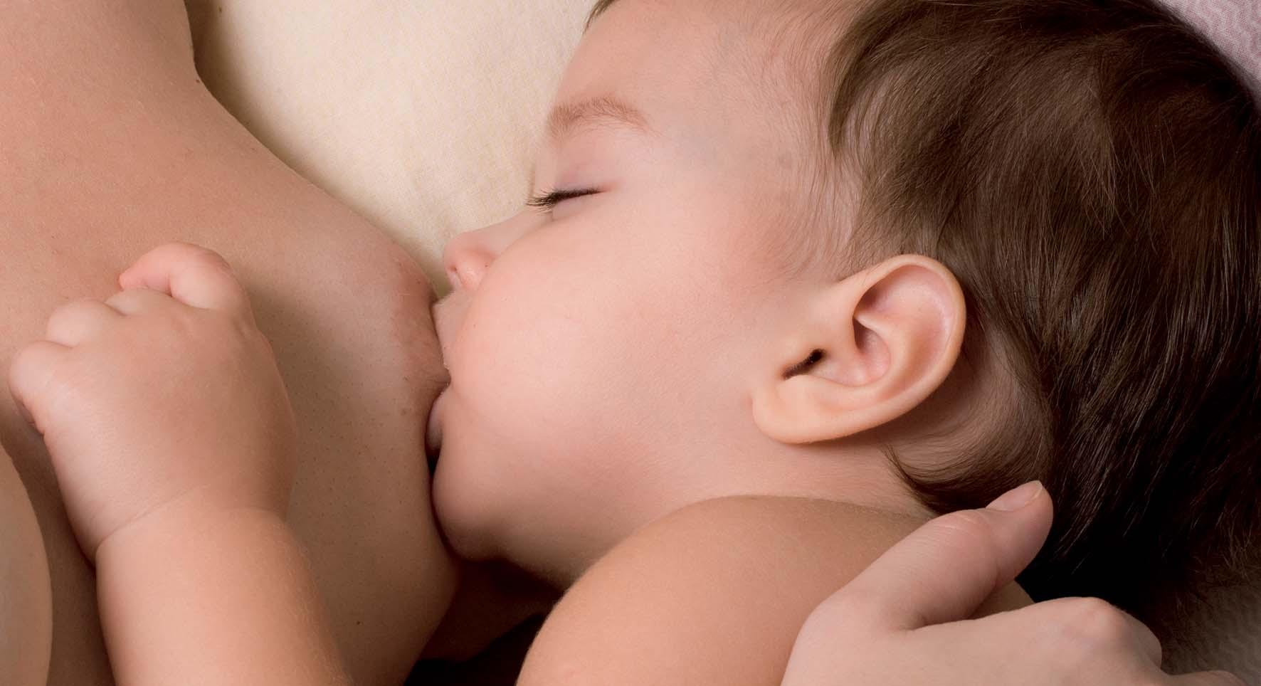 bambino allattamento al seno foto by shutterstock