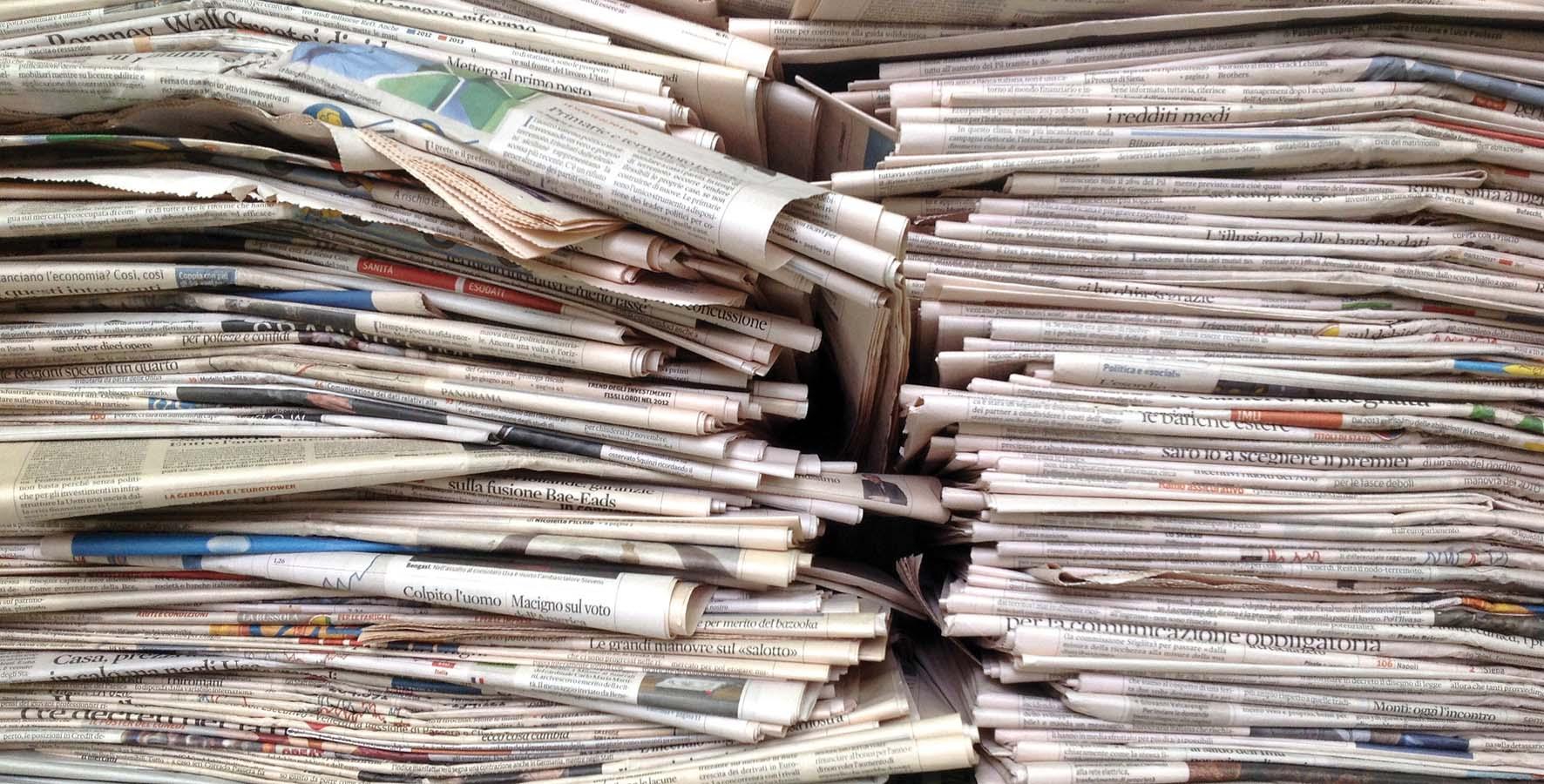 giornali quotidiani cataste plichi