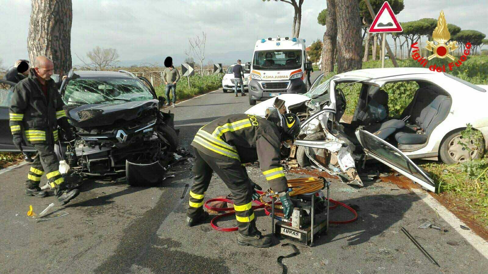 incidente stradale auto vigili fuoco