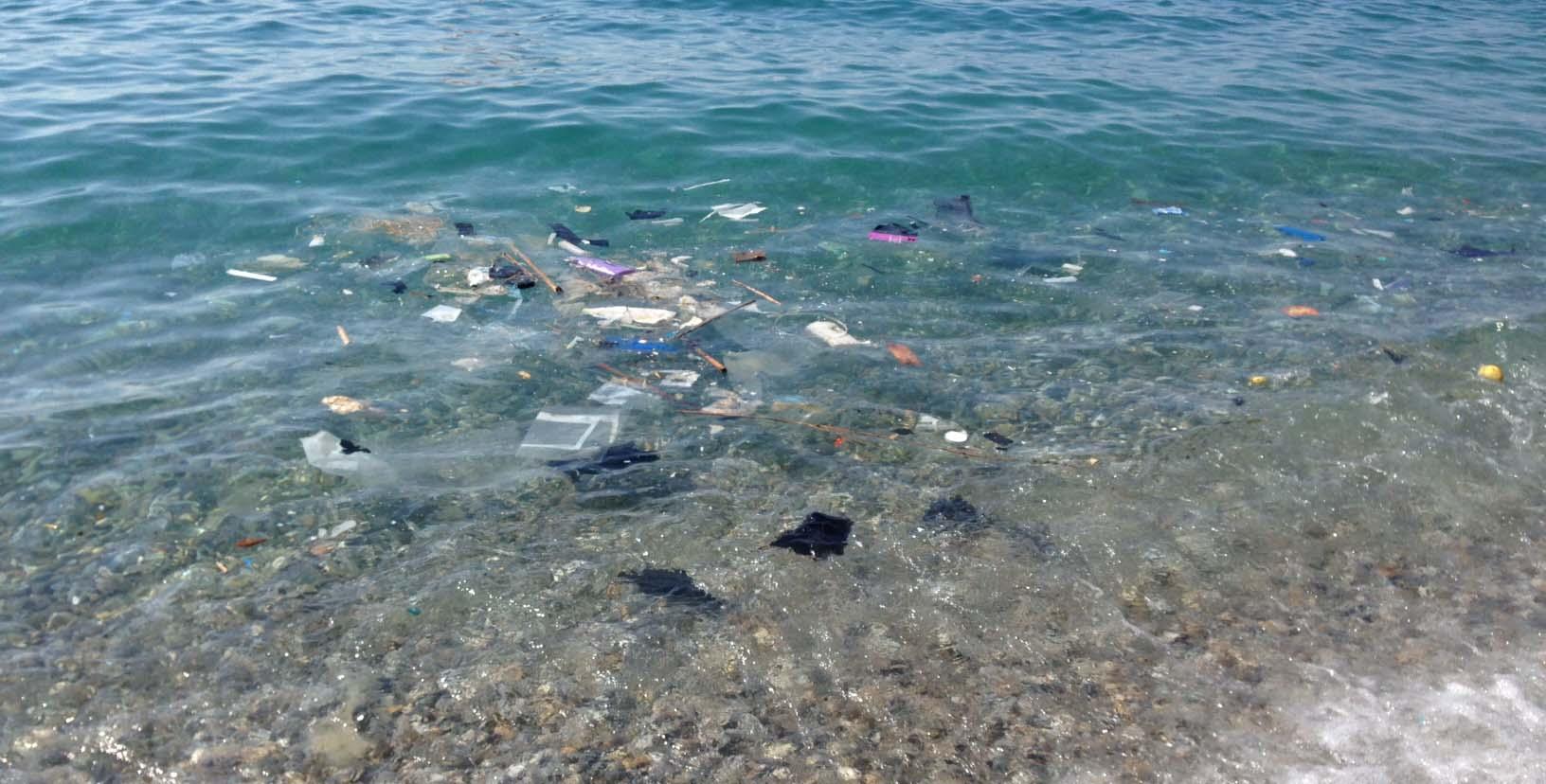 rifiuti marini nel mare spiaggia