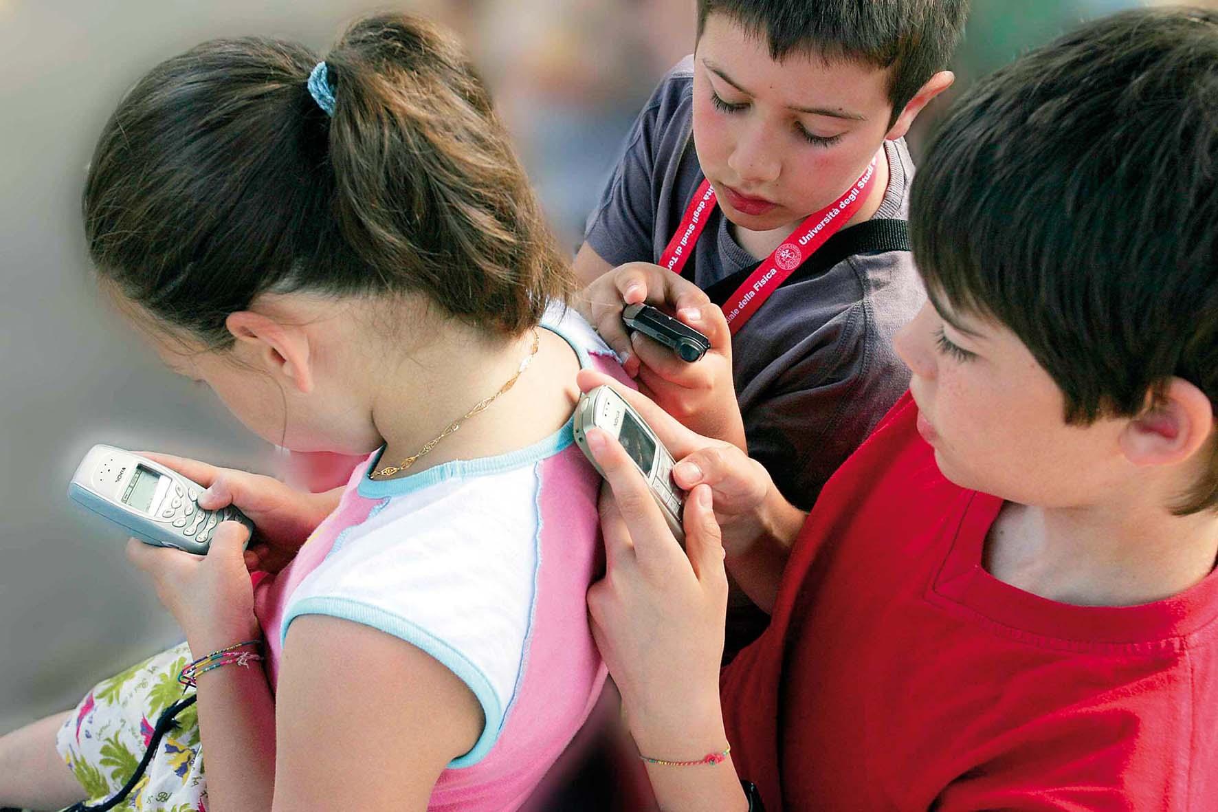 bambini telefoni cellulari