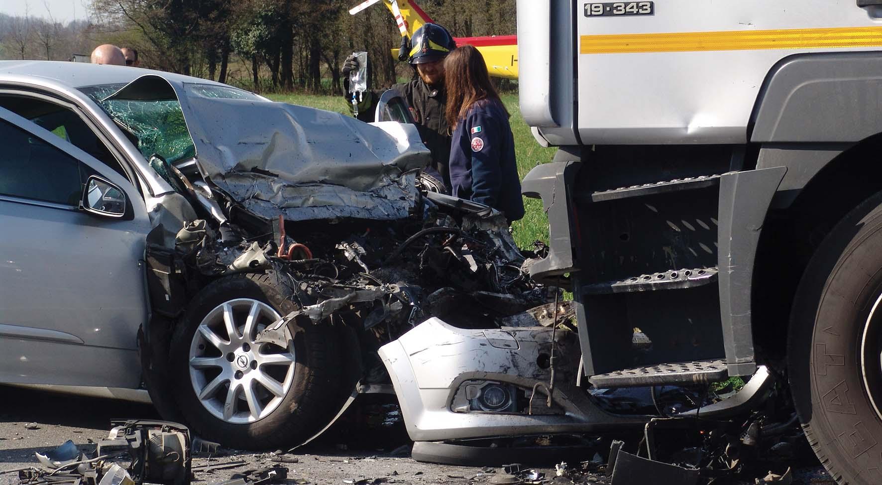 incidente stradale auto camion