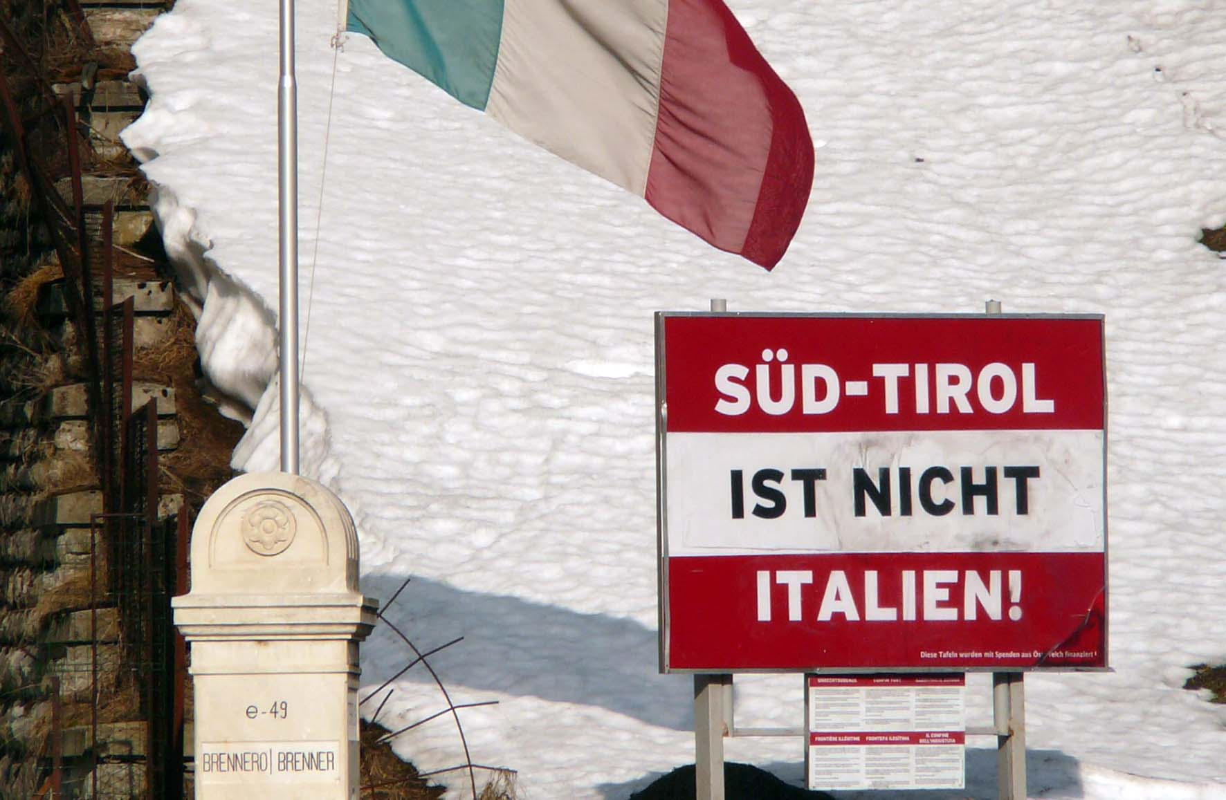alto adige cartello Sudtirol ist nicht Italien valico Brennero