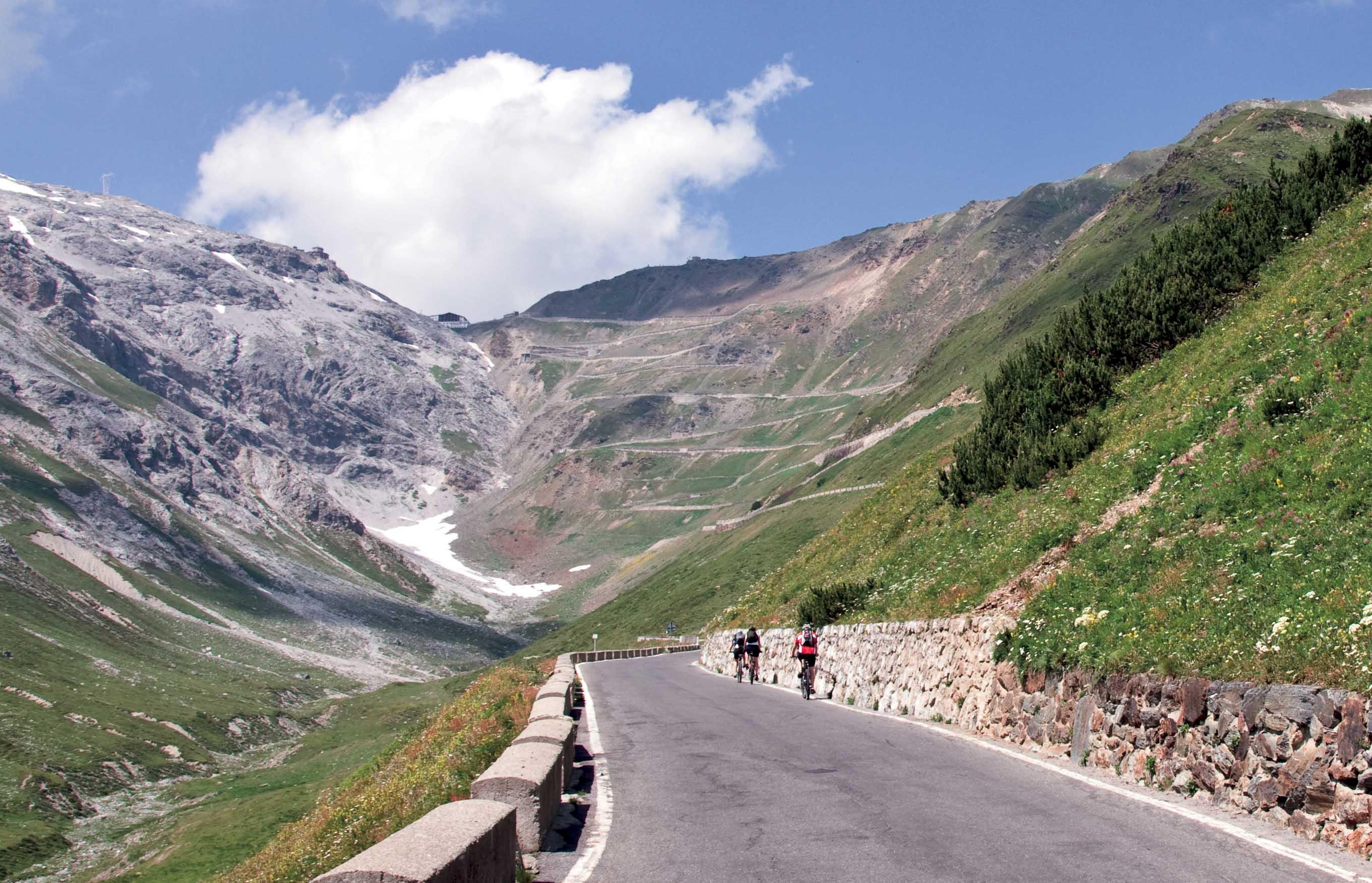 Stelvio 2010 ciclisti verso meta passo