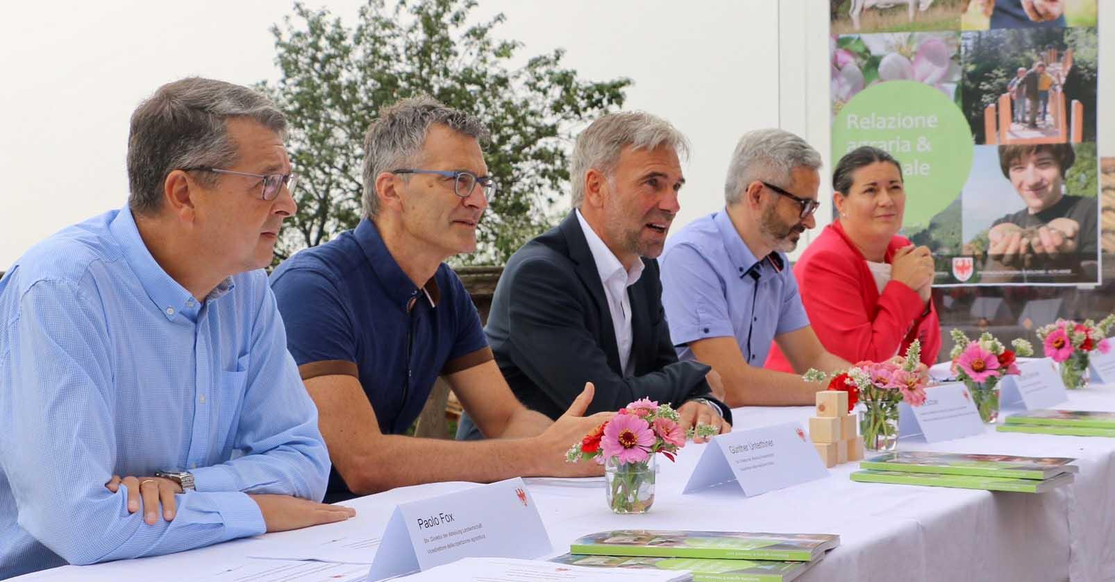 Schuler al centro con i dirigenti da sx Fox agricoltura Unterthiner foreste Oberhuber Centro Laimburg Aondio formazione professionale agricola