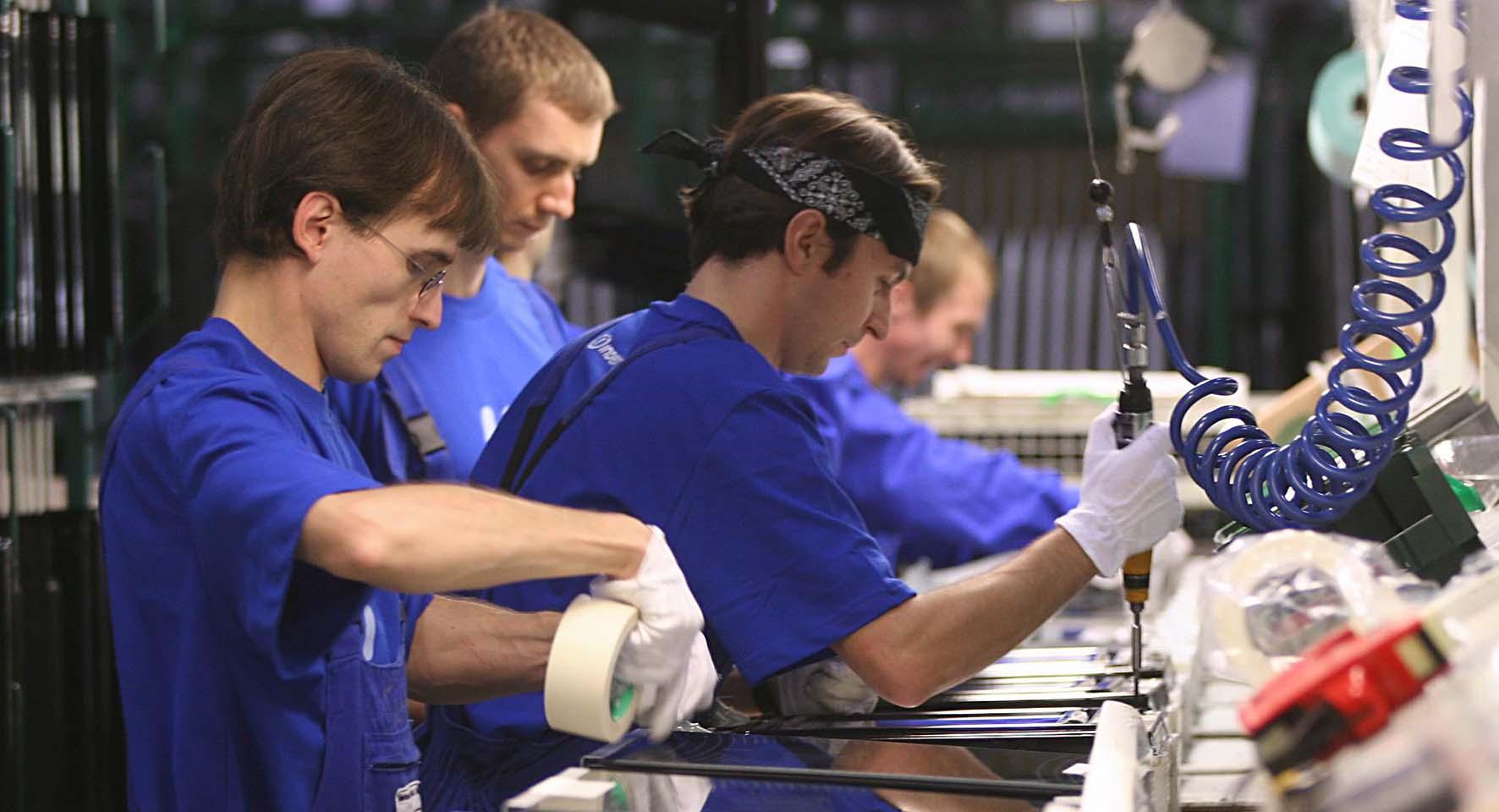 giovani lavoro fabbrica operai
