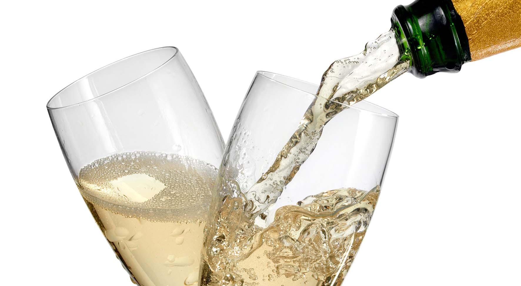 vino italiano spumante prosecco bollicine versamento in bicchieri shutterstock