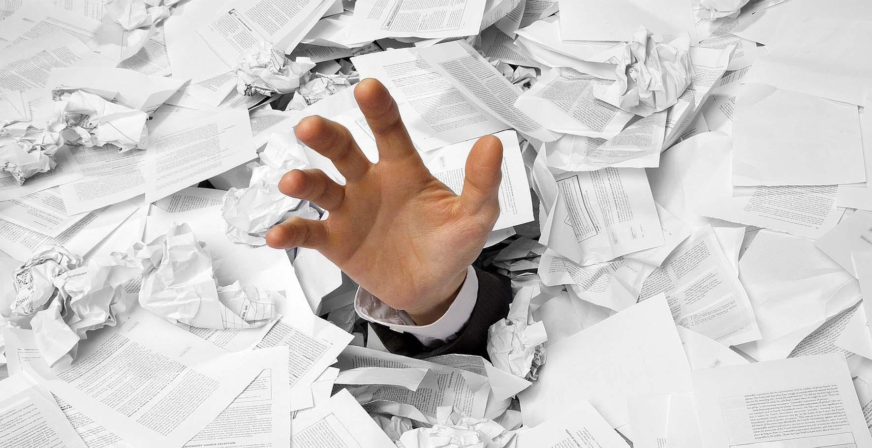 burocrazia carte mano adempimenti fiscali