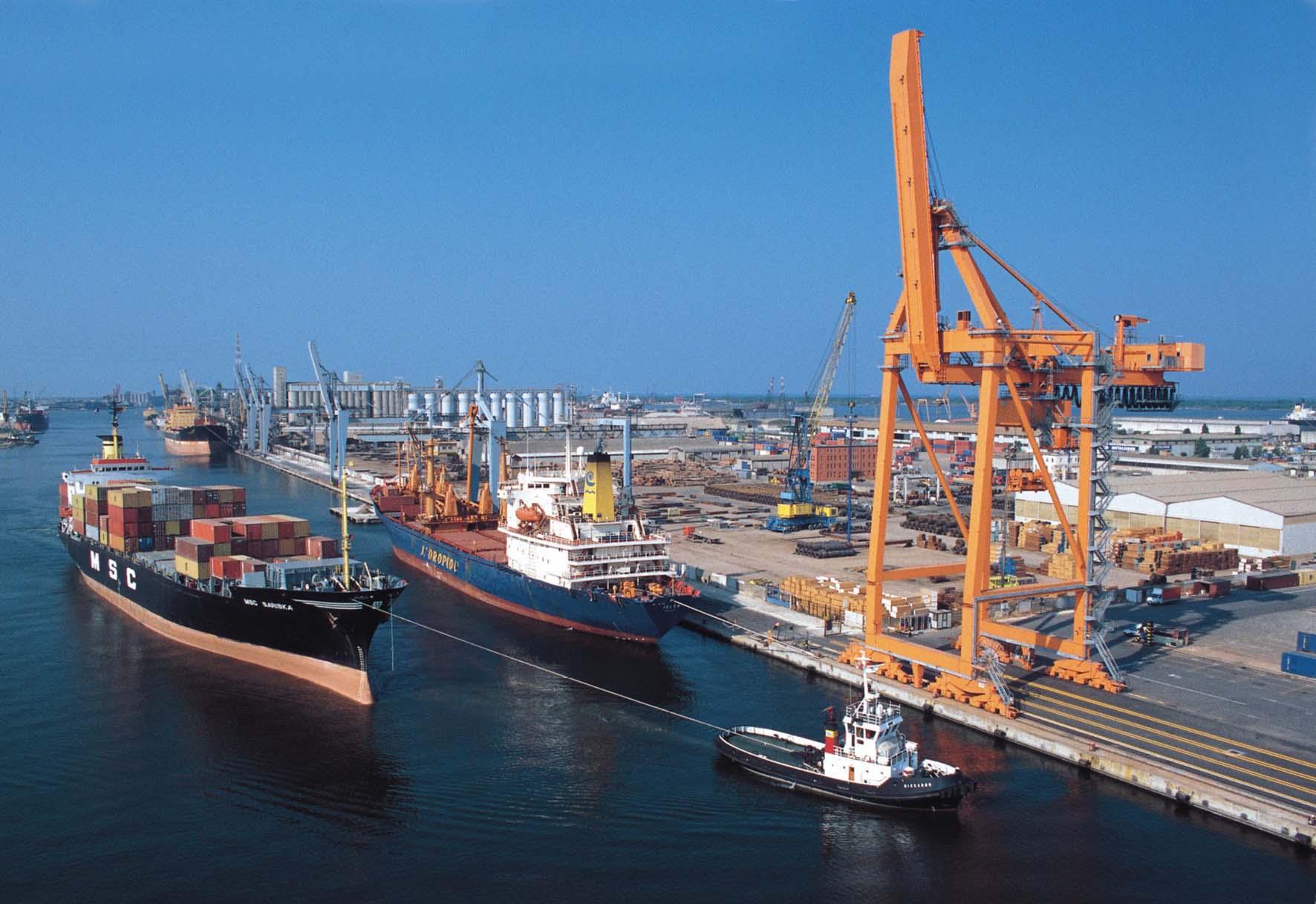 porto di ravenna nave portacointainer rimorchiatore gru